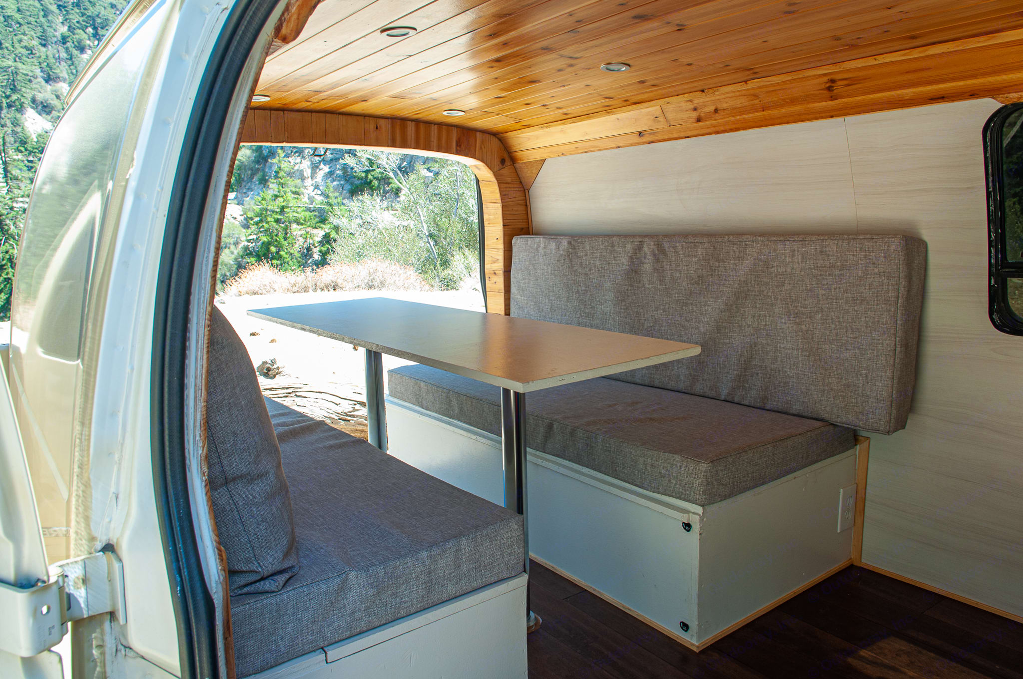 Bed converts into table. Chevrolet Express 2003