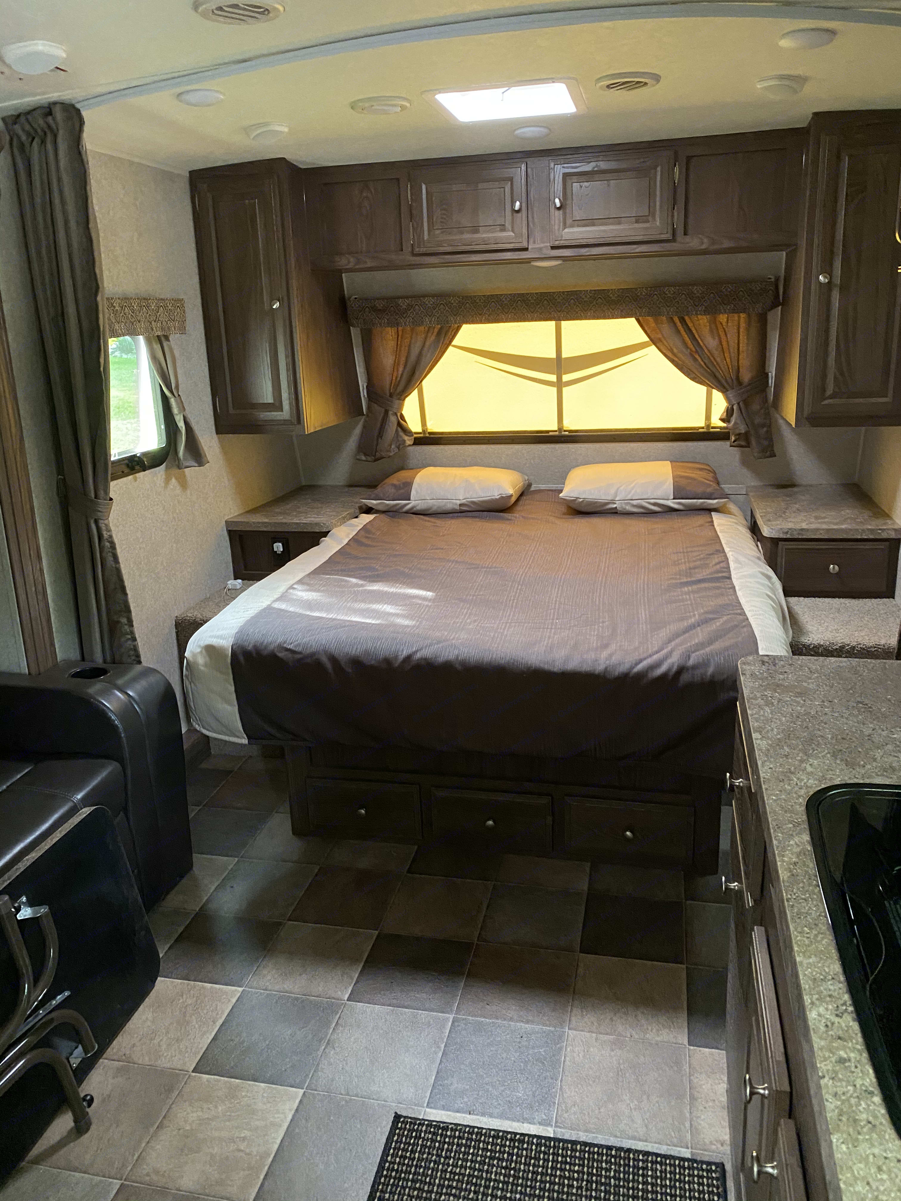 Queen bed. Micro lite Flagstaff 2017