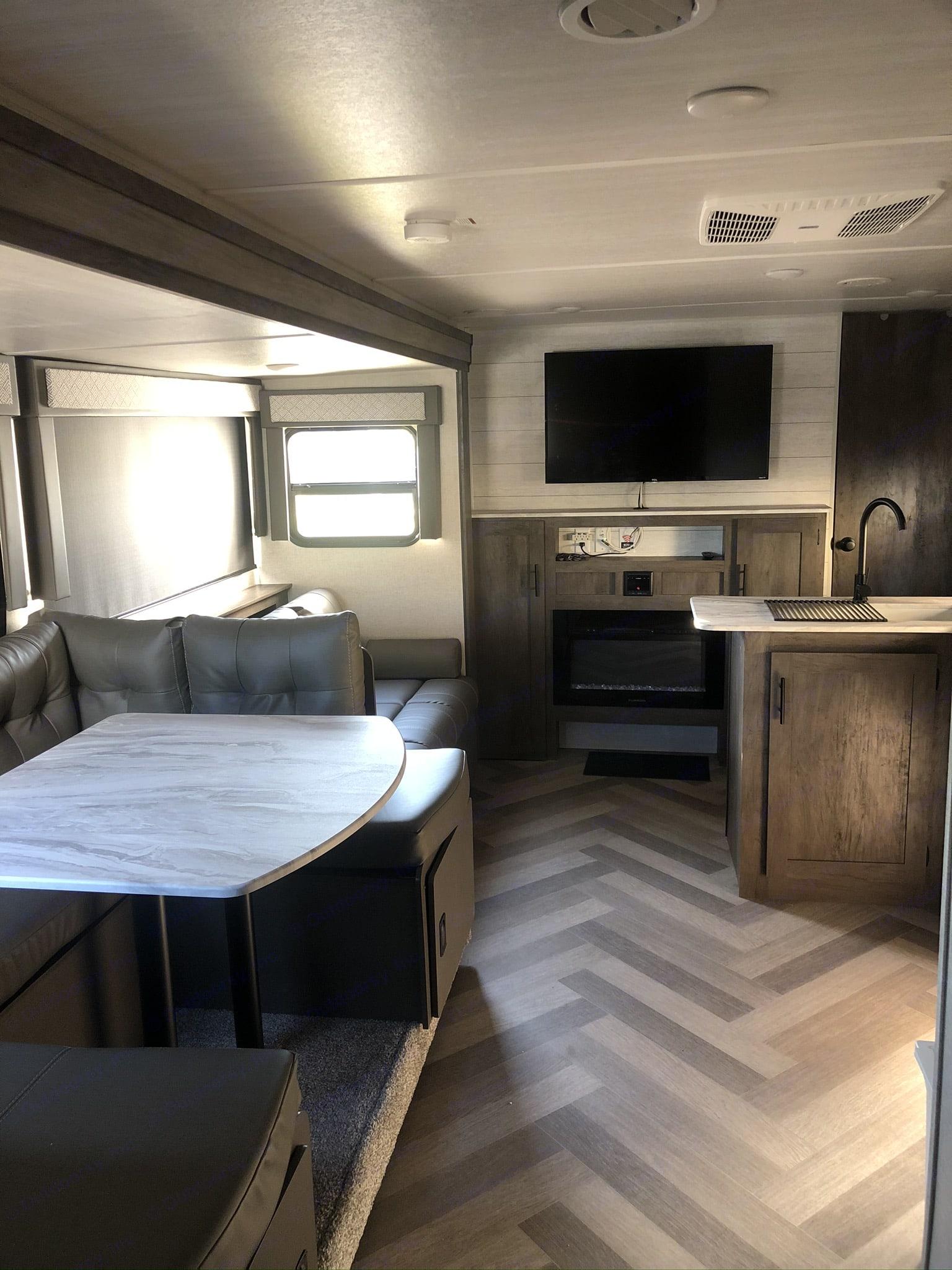 Dinette. Forest River Wildwood X-Lite 2020
