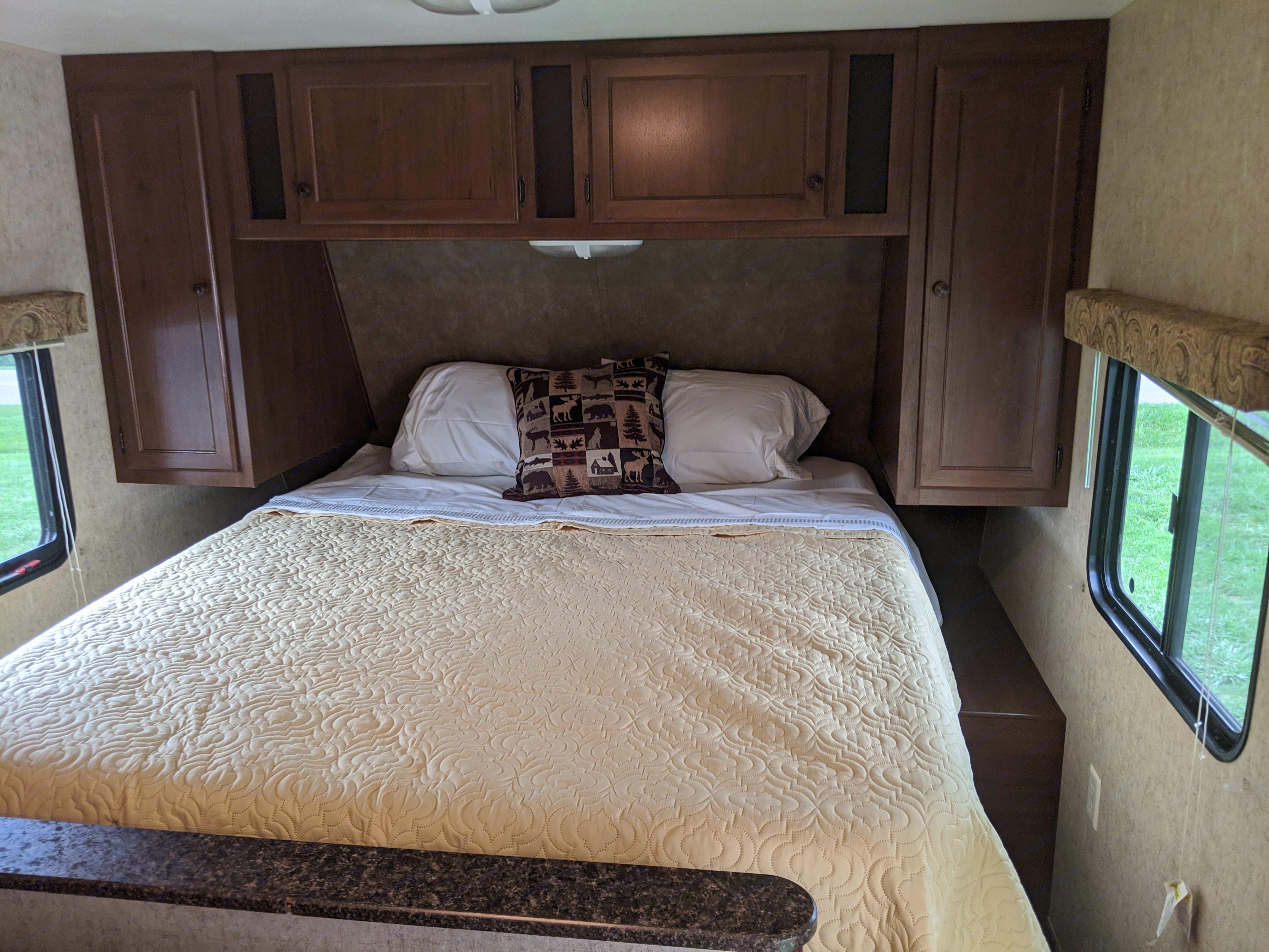 Queen bed. Heartland Pioneer 2013