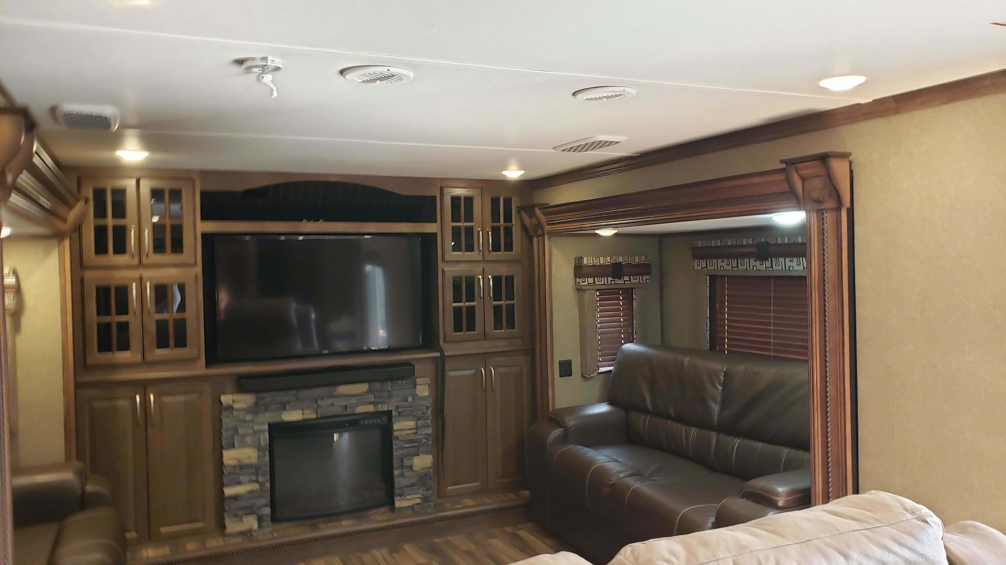 Very Large Front Room for relaxing and entertaining. Keystone Alpine 2017