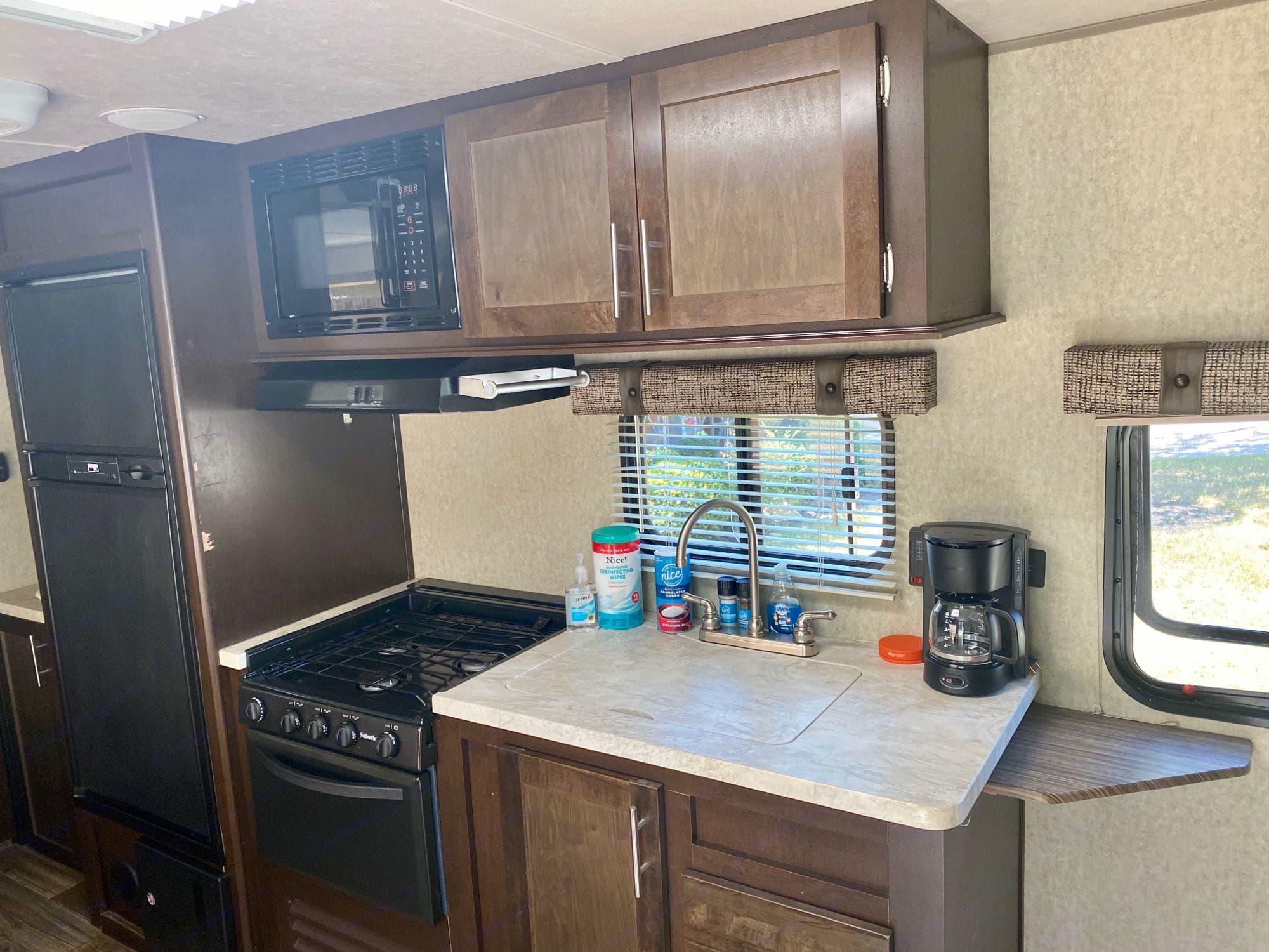 All the things pictured on the counter are included. Forest River Cherokee Grey Wolf 2016