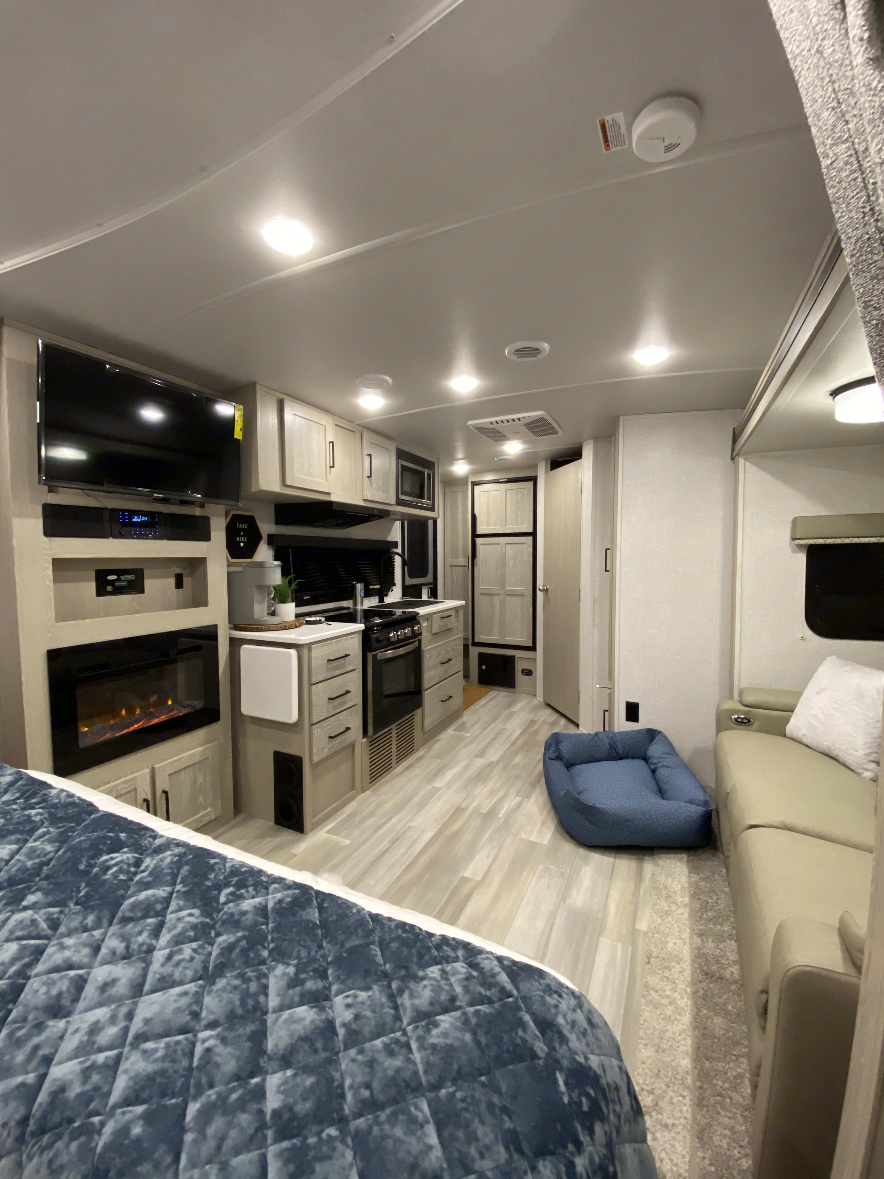 Plenty of space for your fur babies and loved ones! Great kitchen with all the essential cookware included.. Forest River Flagstaff Micro Lite 2021