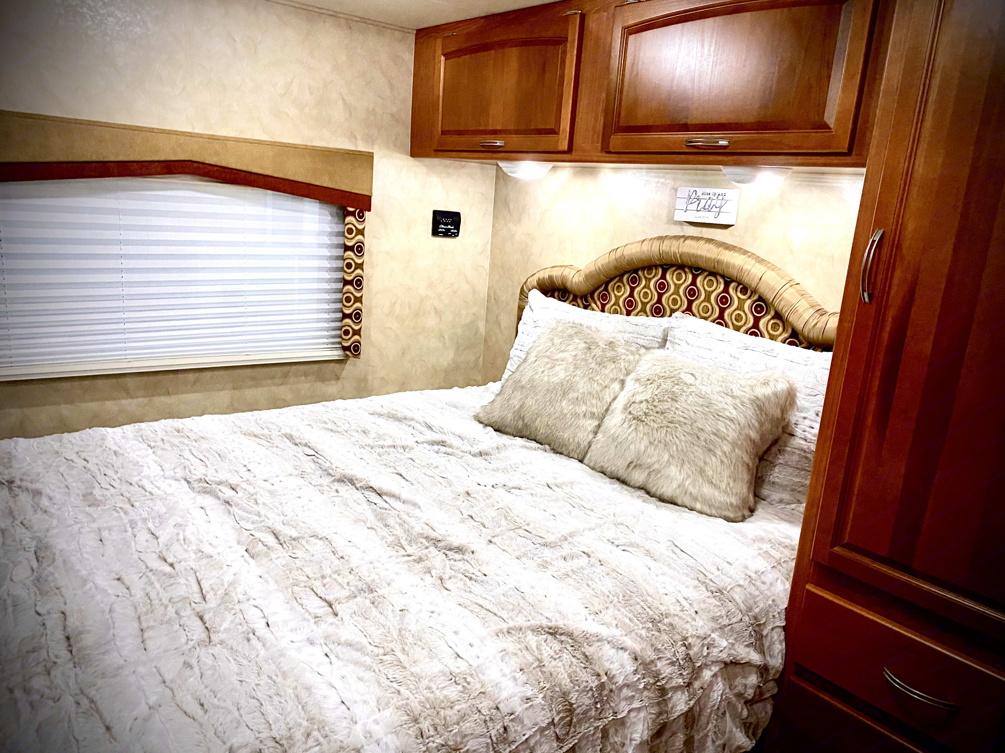 Great master w/ queen bed. Holiday Rambler Arista 2010