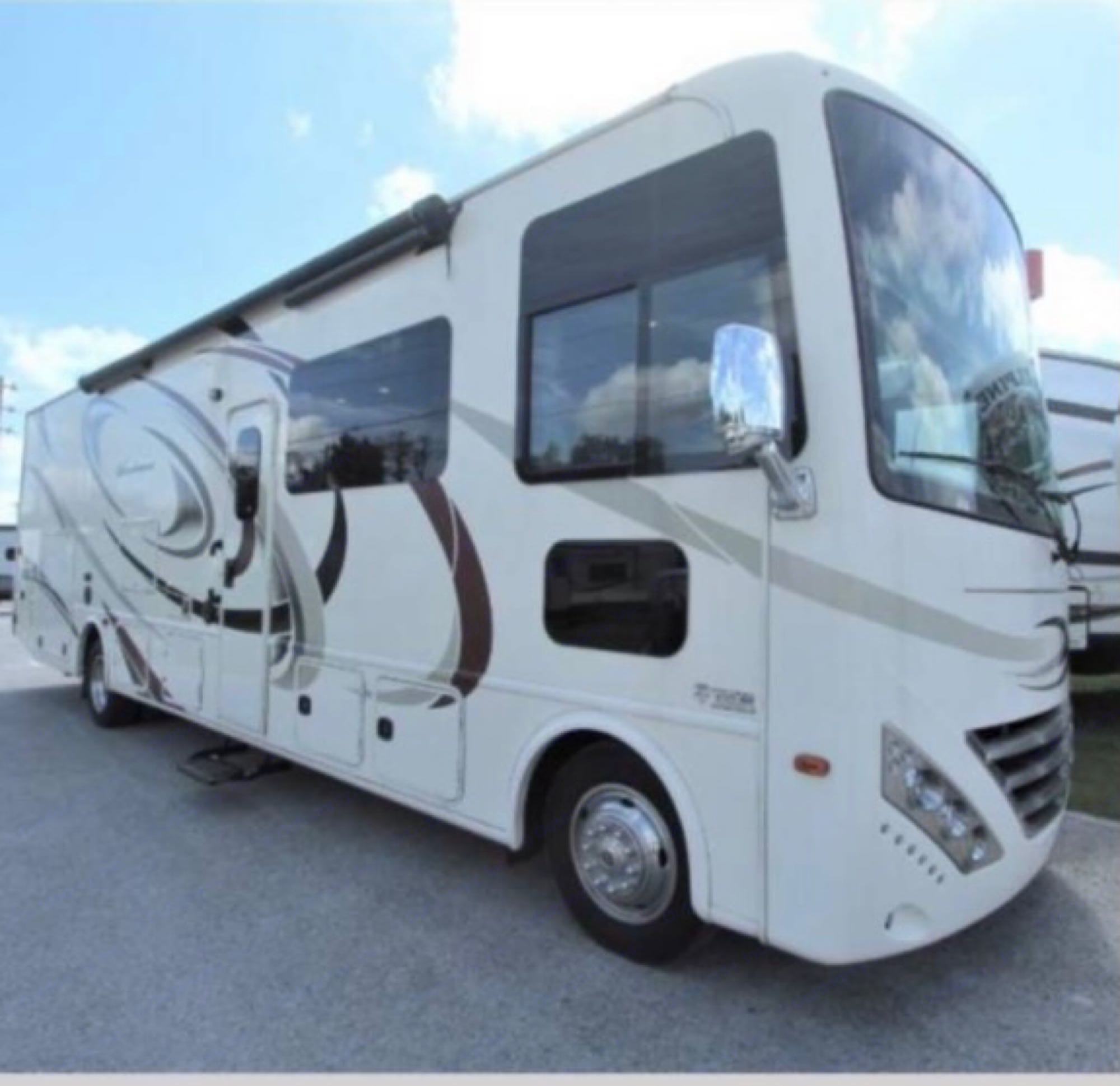 Notice the doggy window! Driver and passenger have panoramic views of whats ahead.. Thor Motor Coach Windsport 2016