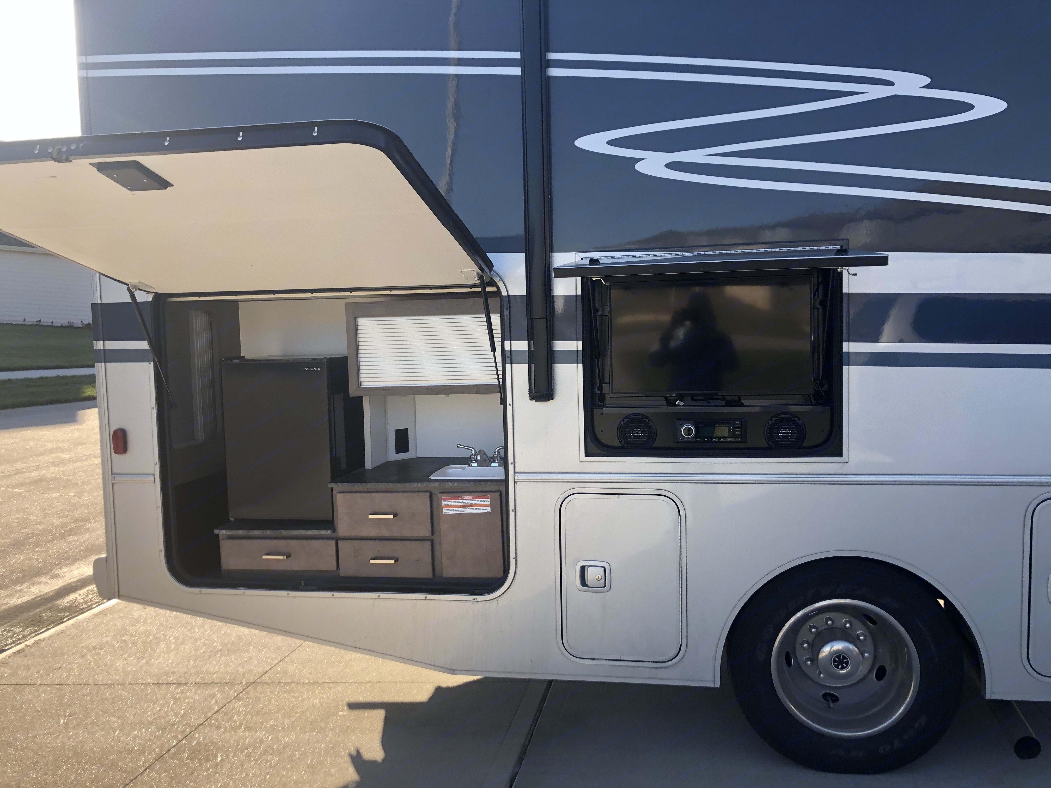 Winnebago Adventurer 2020