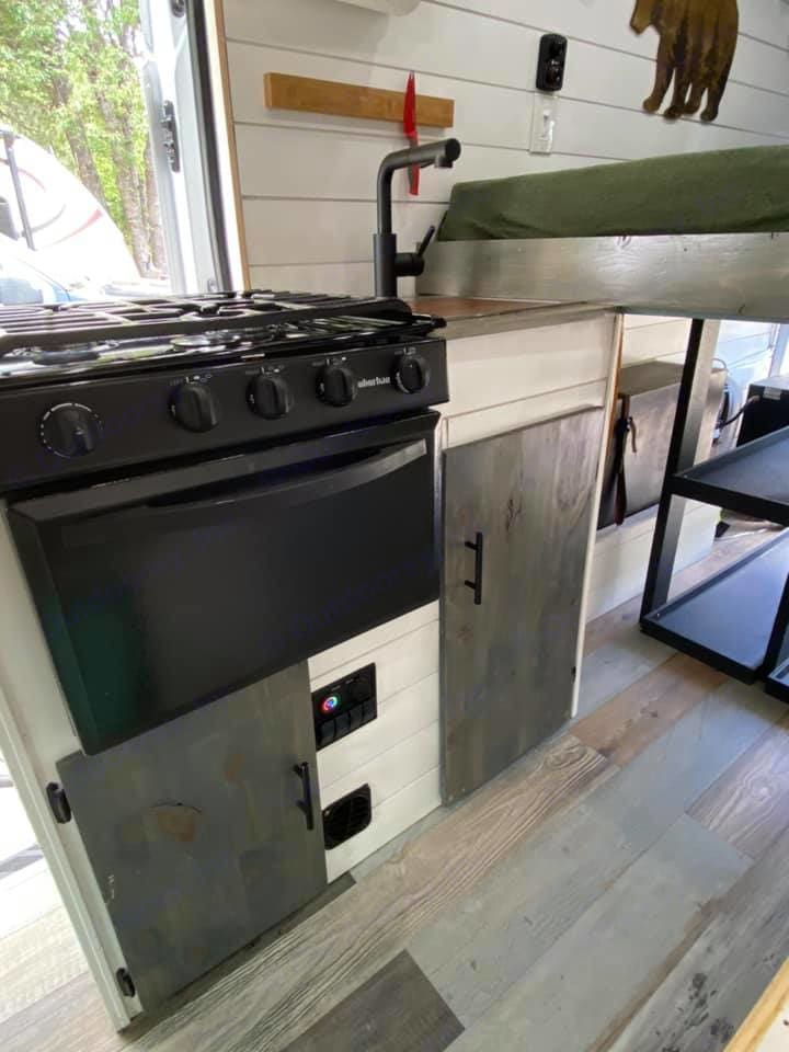 Range and oven powered by propane. Ford Transit 350dd 2018
