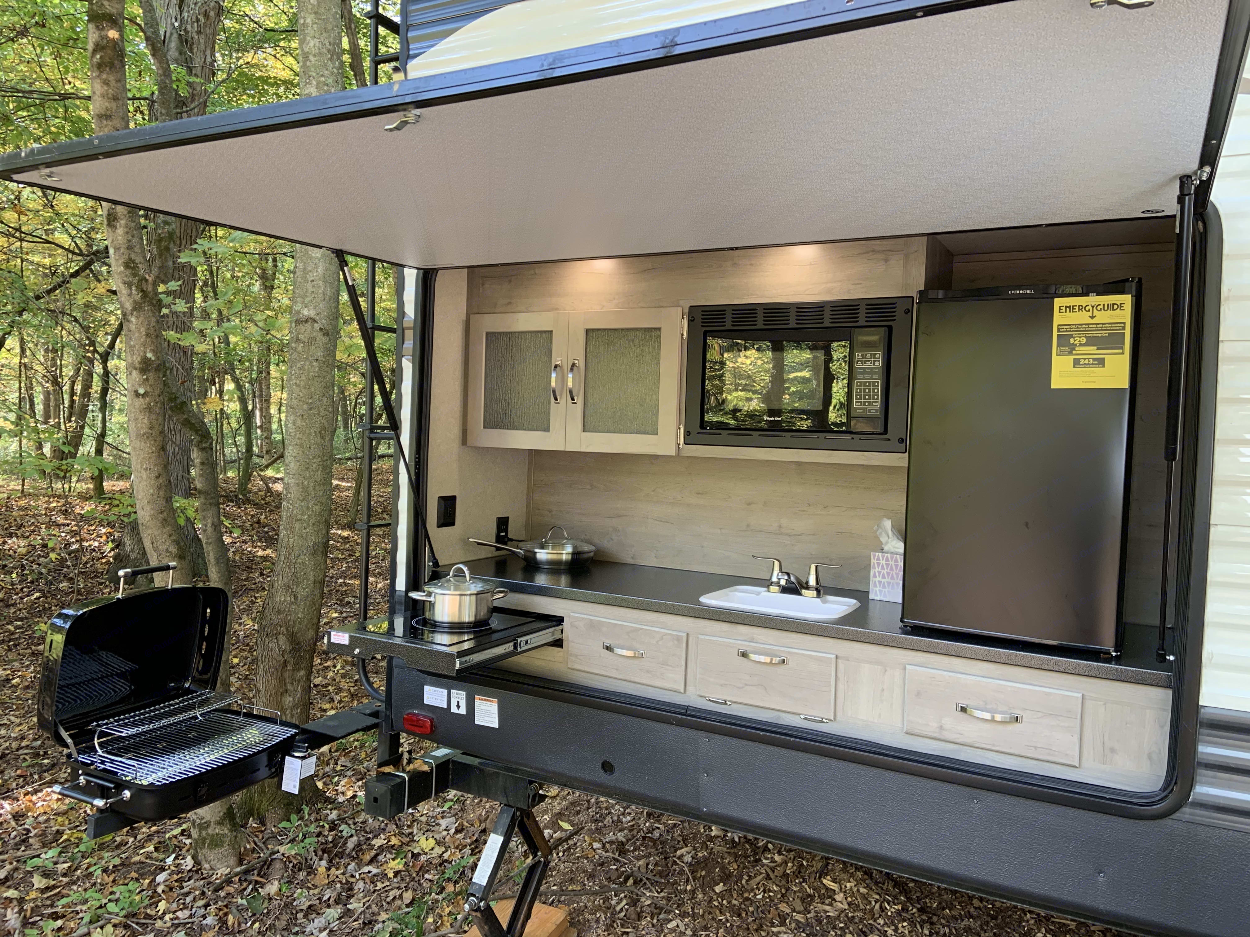 Full Outdoor Kitchen. Propane Grill, Induction Cooktop, Sink, Microwave, Refrigerator, and Storage!. Palomino Puma 2019