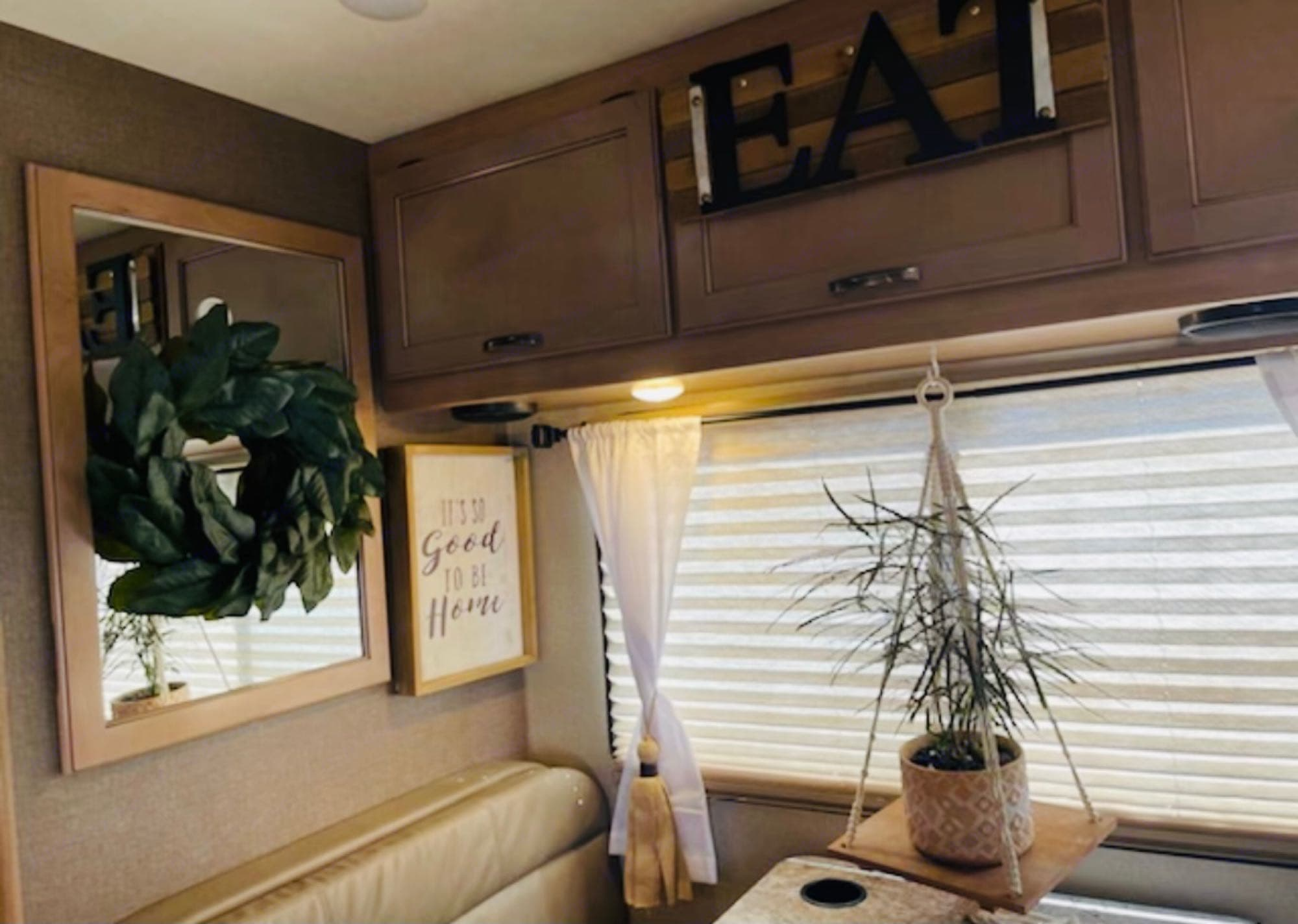 New Coach and New Interior Inviting Decor. Thor Motor Coach Four Winds 2019