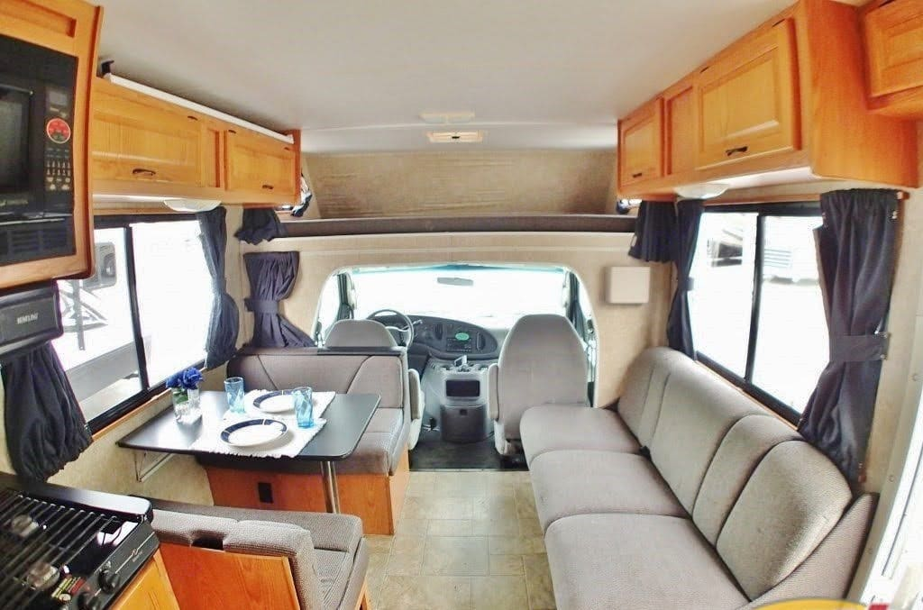 Relax With Wireless TVs, Loaded with Roku while eating dinner.. Thor Motor Coach Four Winds Majestic 2006