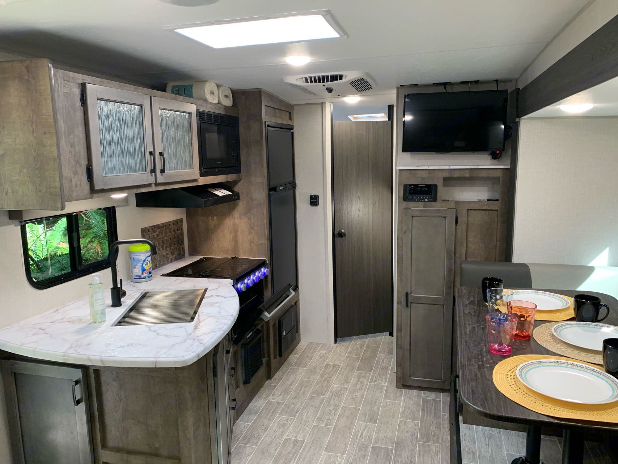 3 burner stove, oven and microwave. 8cf fridge. Large stainless sink.. Venture Rv Sonic 2021