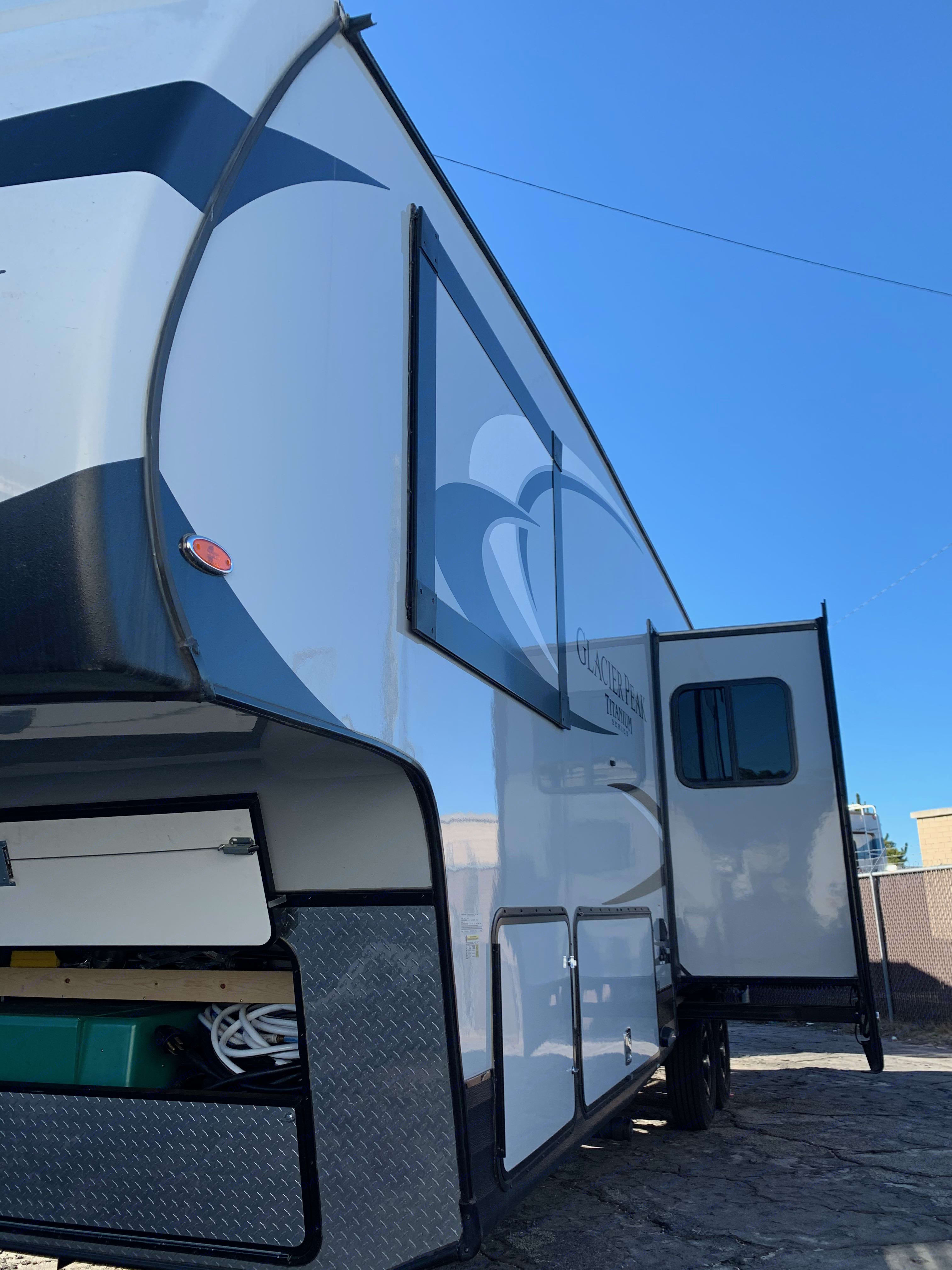 Slide outs (2). Outdoors Rv Manufacturing Glacier Peak 2017