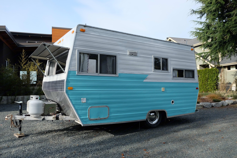 Electrical hookup, city water hook-up, exterior storage, easy lift trailer jack. Jayco Skylark 1975