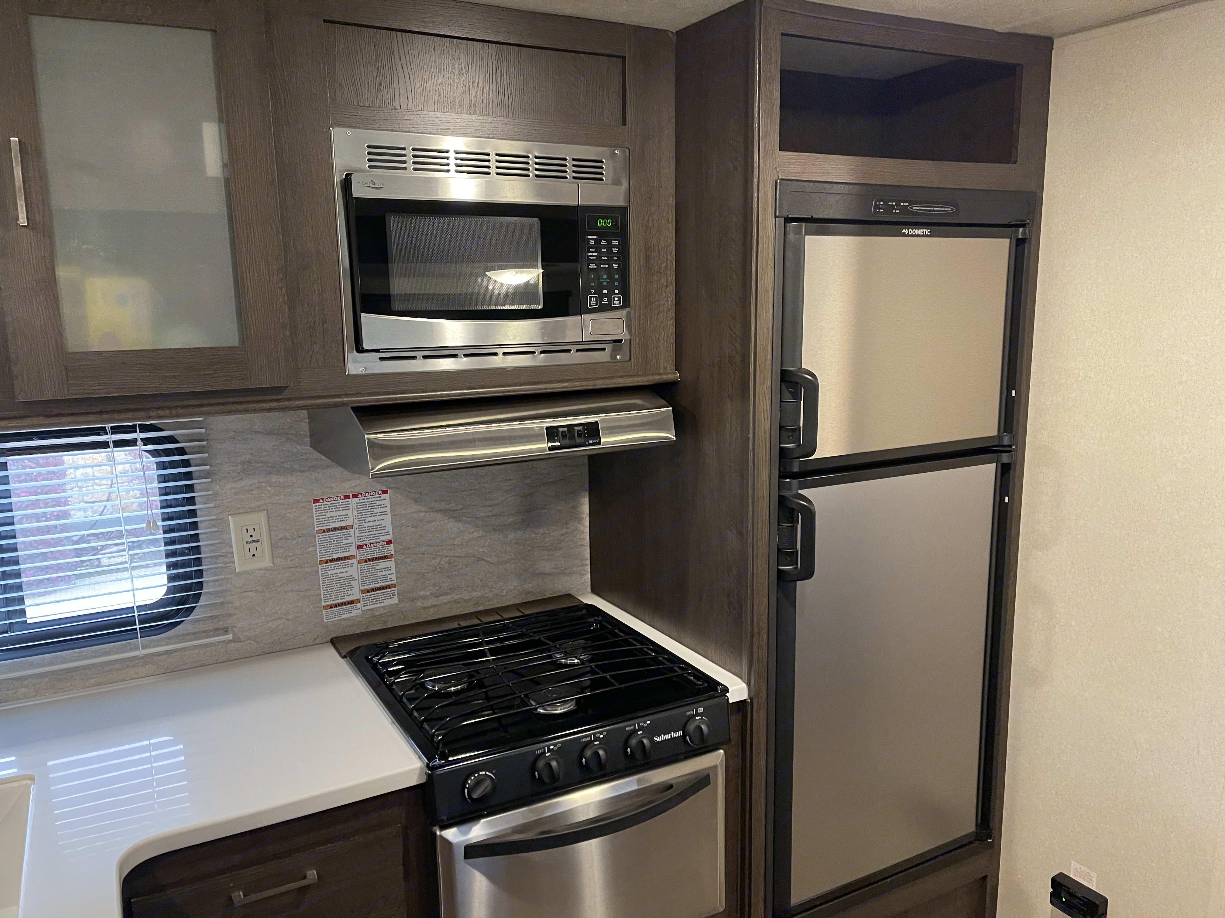 Refrigerator, freezer, 3 gas burner stove, oven and vent hood.. Forest River Wildwood 31KQBTS 2018