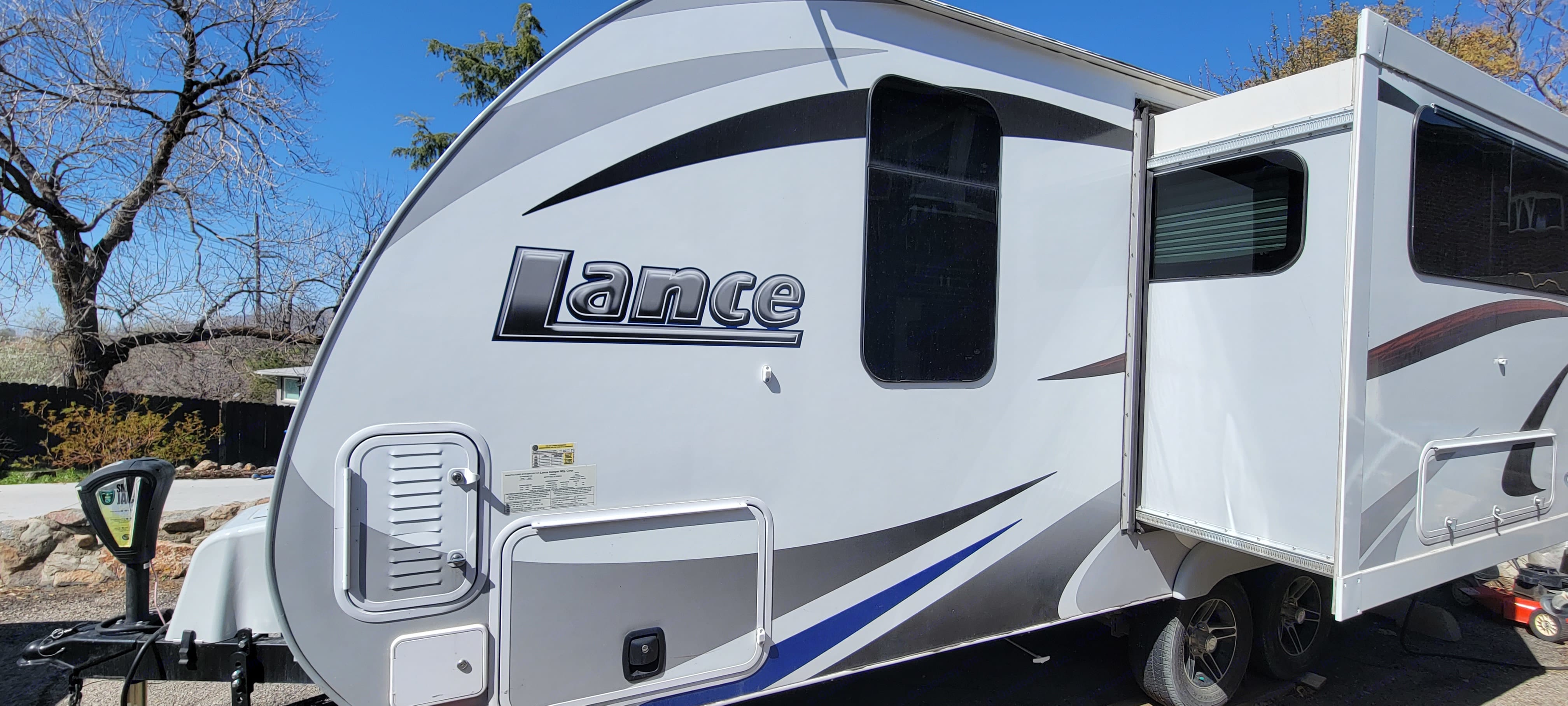Pop out on the driver's side to give you extra space in the trailer . Lance 1995 2018