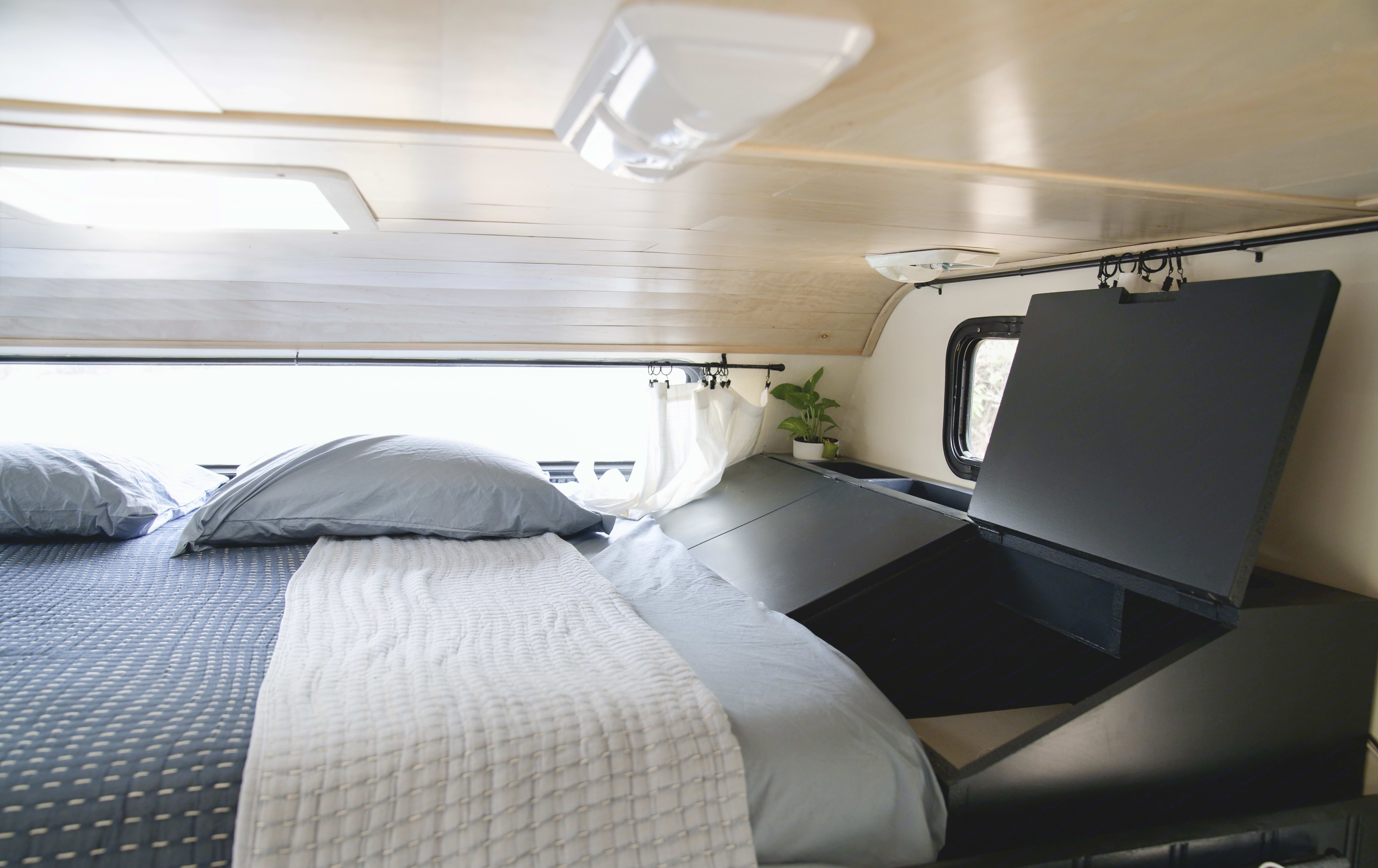 Queen size bed. Fleetwood Tioga 2000