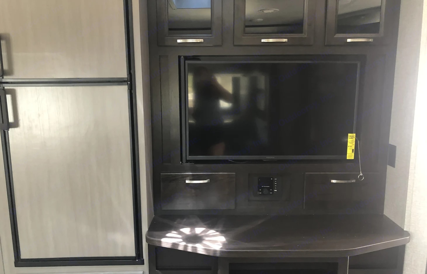 Enjoy this flat screen TV with a hidden storage compartment behind. We have also supplied a Blu-ray/DVD player along with movies. Cable available.. Jayco Jay Feather 2021