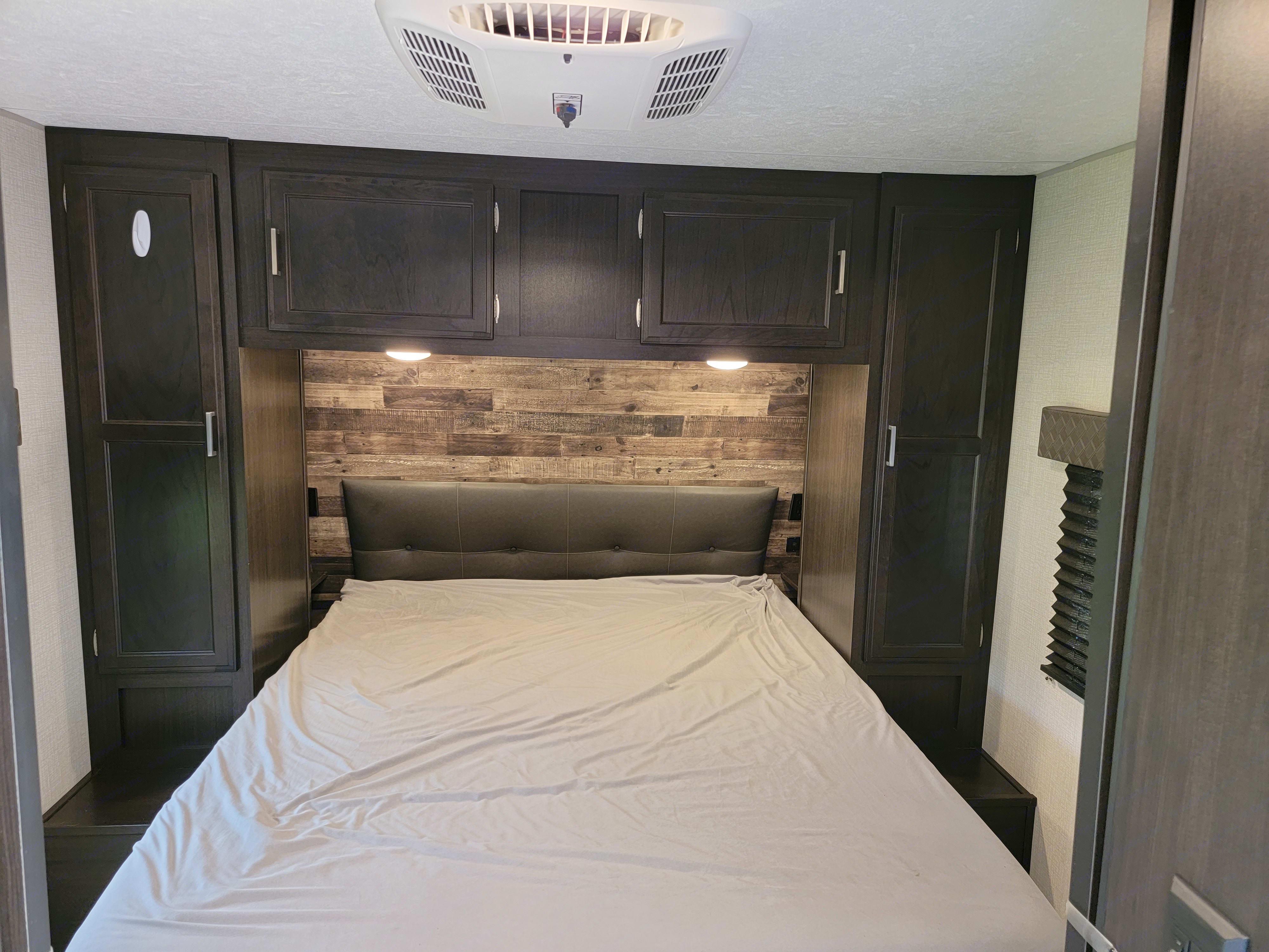 Queen bed with upgraded mattress . Venture Rv Sporttrek 2020