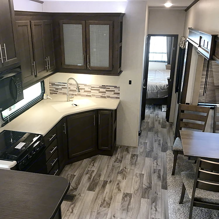 full size kitchen stove oven & microwave dinning for 4