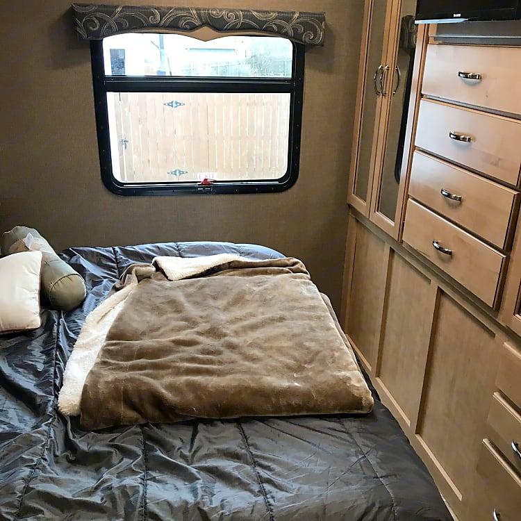 It has a queen bed