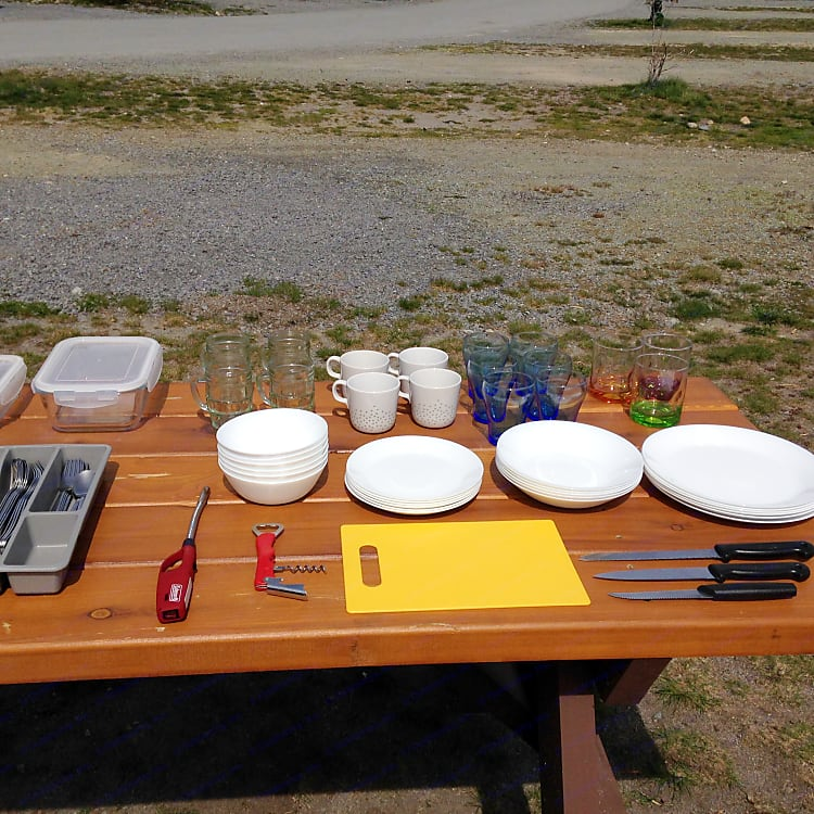 The rent price includes the tableware: tempered glass plates and bowls, stainless still cutlery, glasses and mugs.