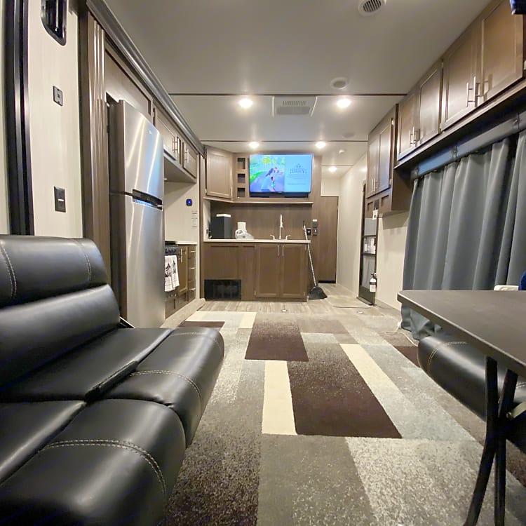 Living/kitchen/garage