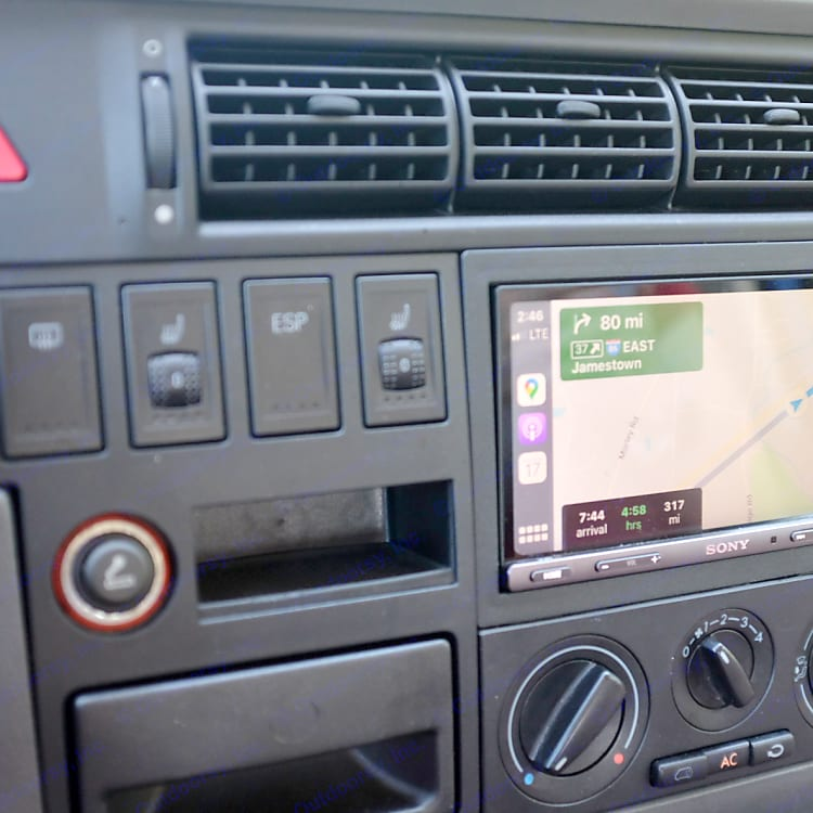 Modern navigation thanks to a Carplay and Android Auto compatible head unit.