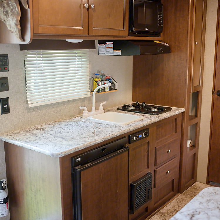 Kitchen with sink, 2 burner gas cooktop, microwave and refridgerator
