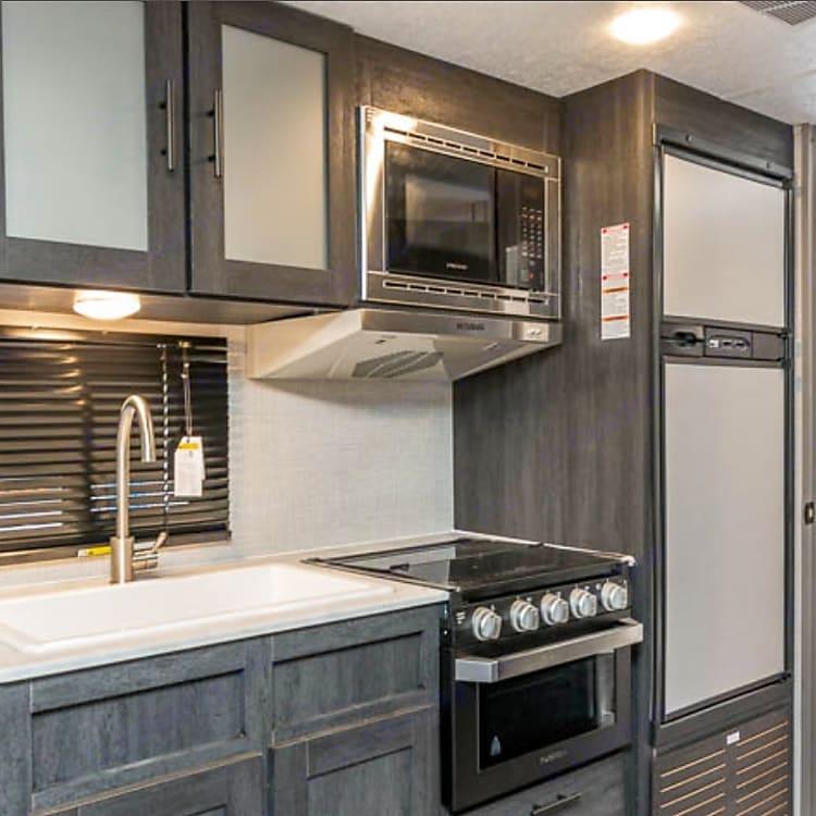 Kitchen/ microwave/ stove/ oven/ refrigerator/freezer/ sink