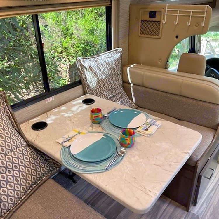 Dinette for 4 with seatbelts