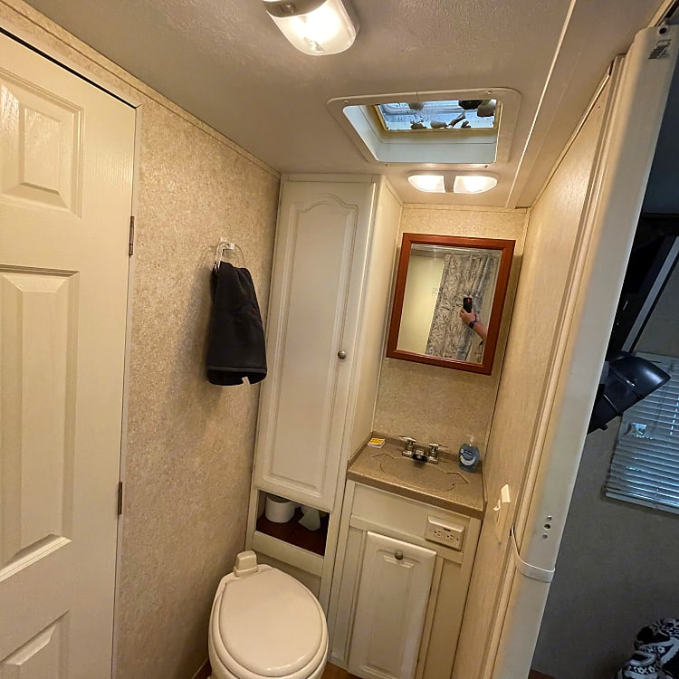 Fully stocked and clean bathroom can accomodate 4 people for 5 days without dumping!