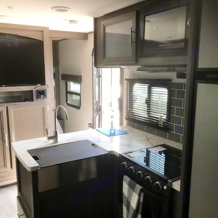 Equipped with 3 burners gas stove and oven. In addition, to a microwave and a refrigerator with separate freezer.