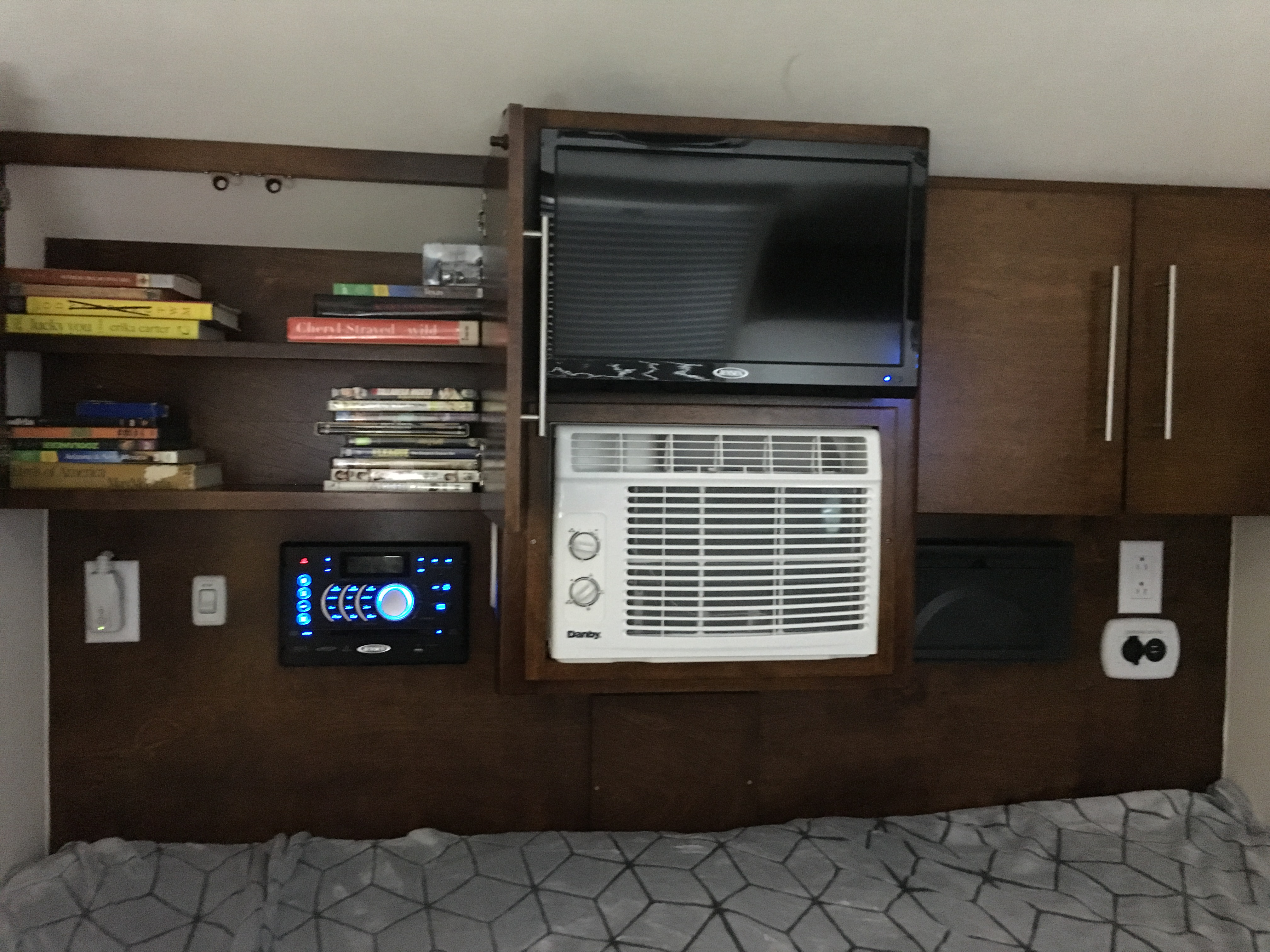 DVD player, AC (plugged in or generator), HD TV, cable hookup available, spacious cabinets USB outlets, built in ceiling speakers. . Little Guy Tag Max XL Outback 2018