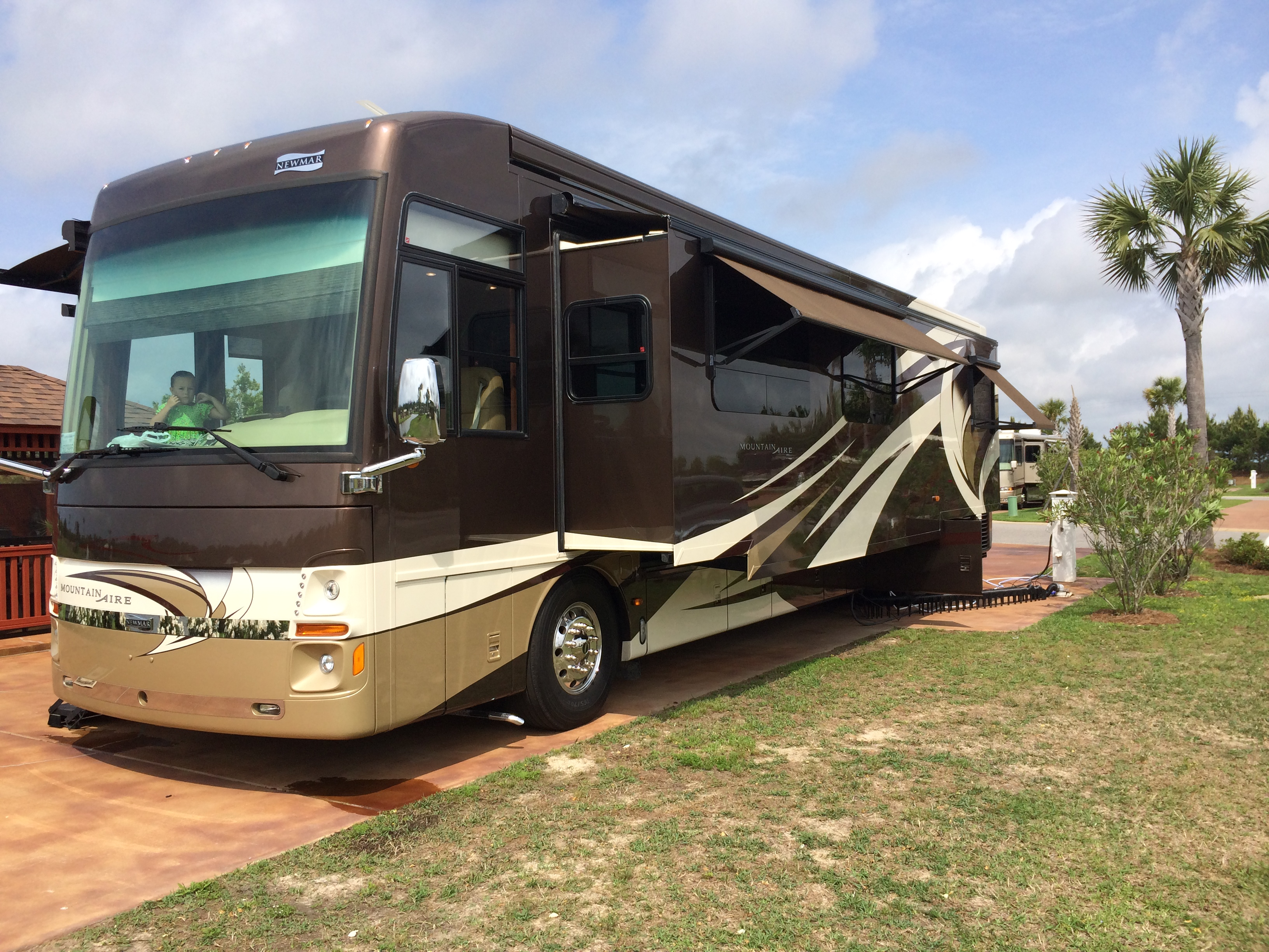 See full specs here:  https://www.rvusa.com/rv-guide/2014-newmar-mountain-aire-class-a-floorplan-4364-tr18531 . Newmar Mountain Aire 2014