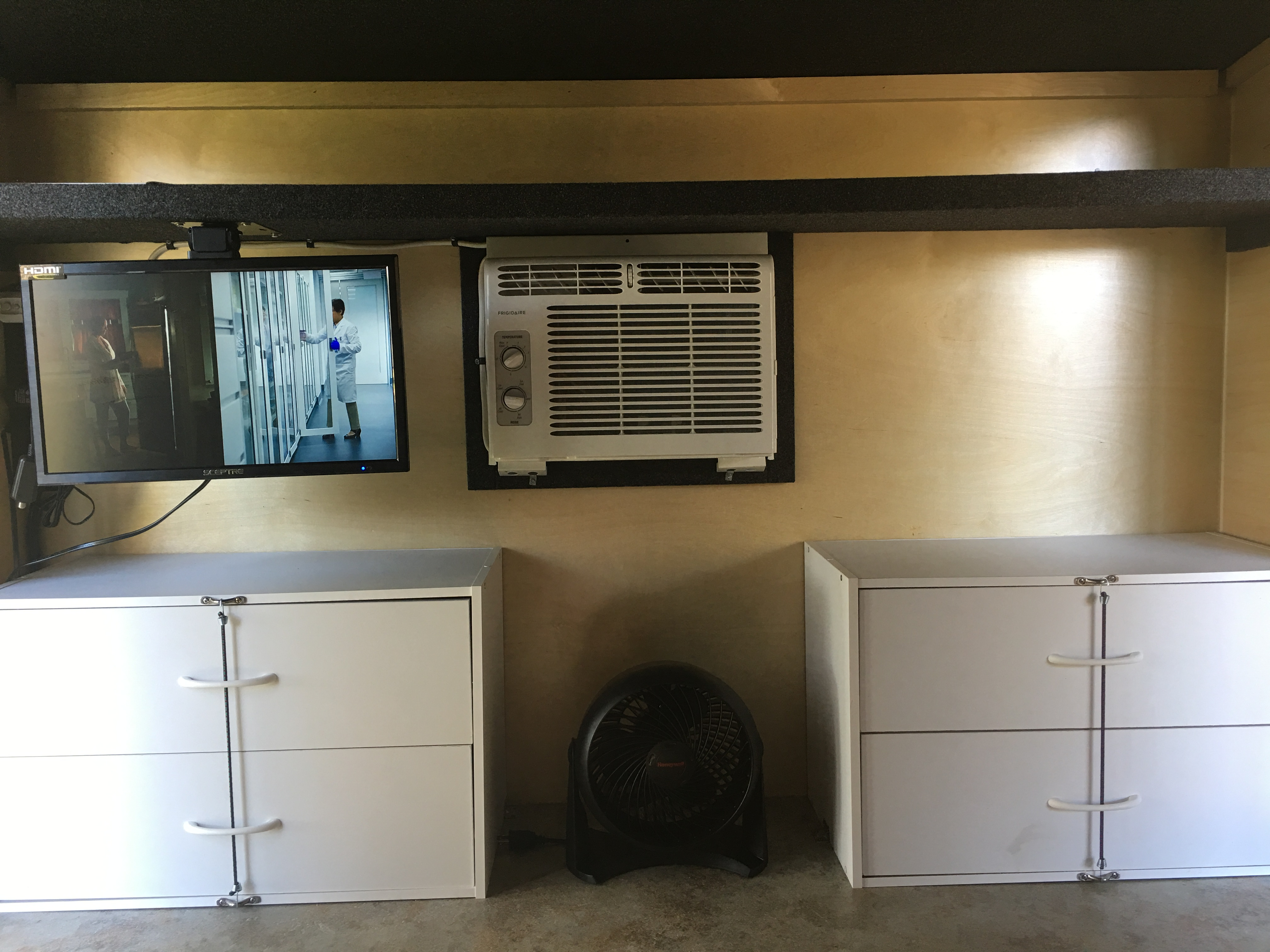 19 inch color flat screen TV with remote can be turned so you can watch it from outside. 5,000 BTU A/C unit, floor fan and 2 storage drawers.. Runaway Campers Rangerunner 2017