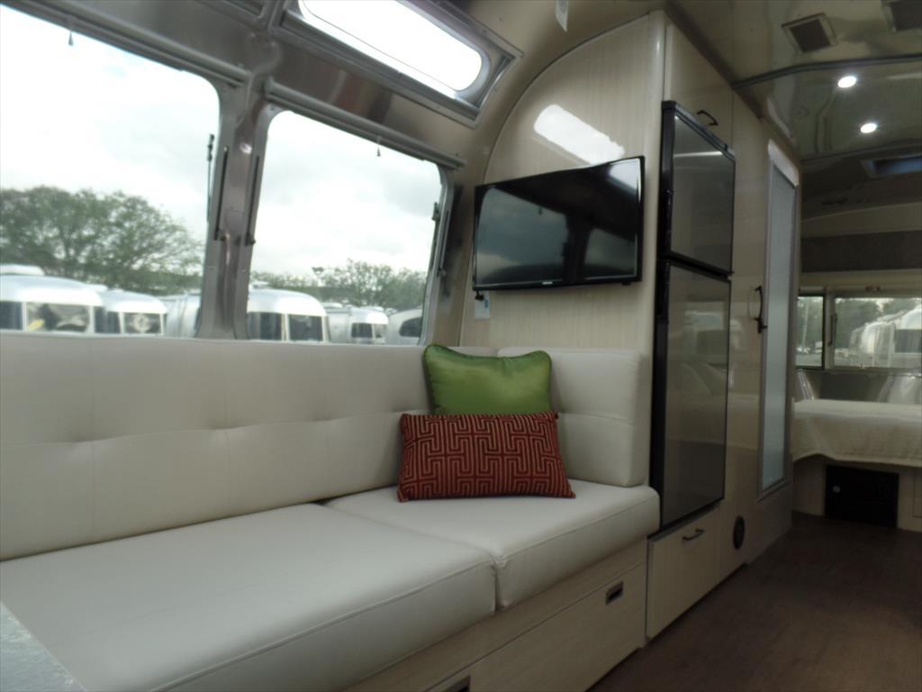 Lounge. Airstream Serenity 2018