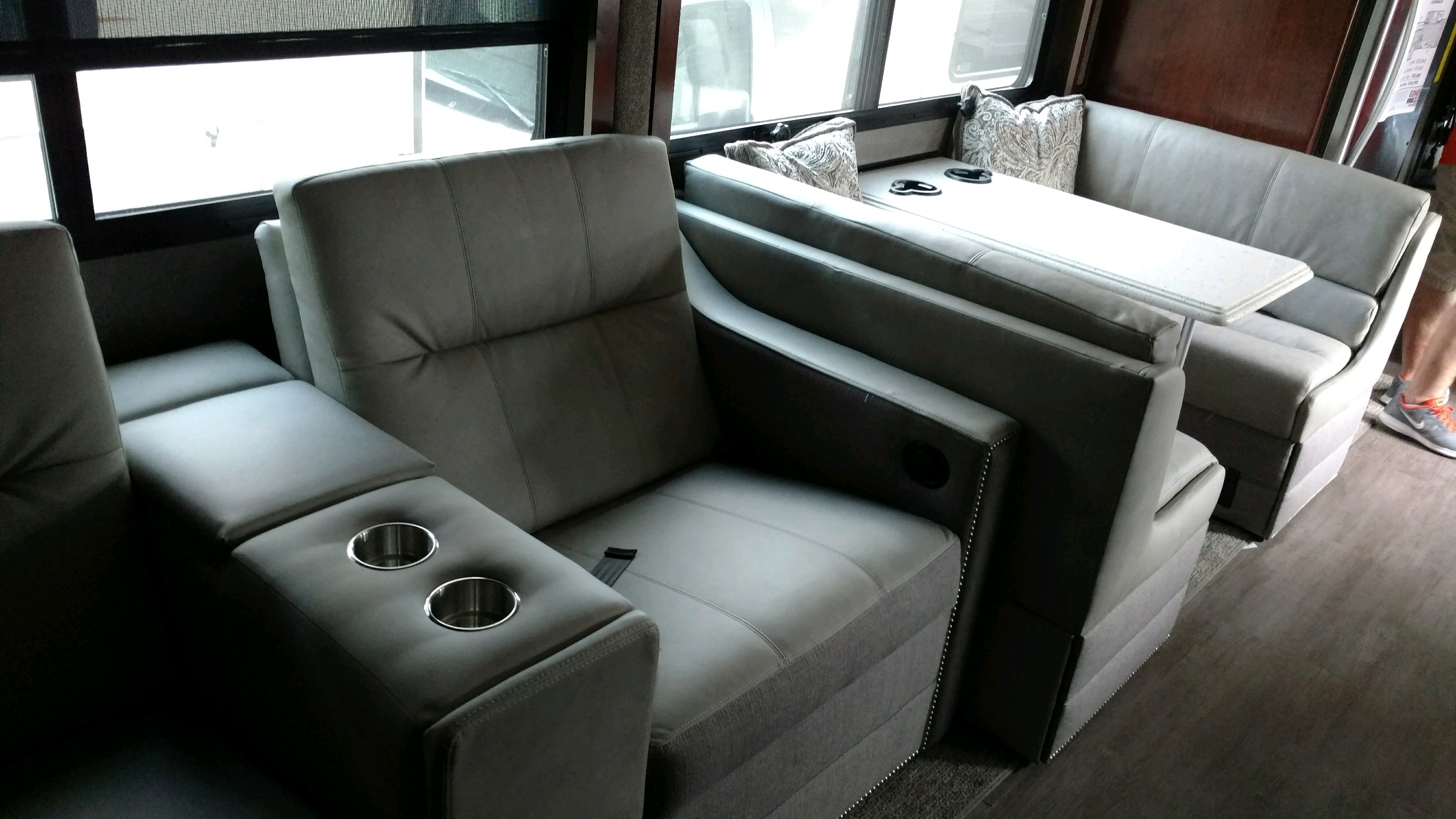 Recliners with dinette. Fleetwood Pace Arrow 2018
