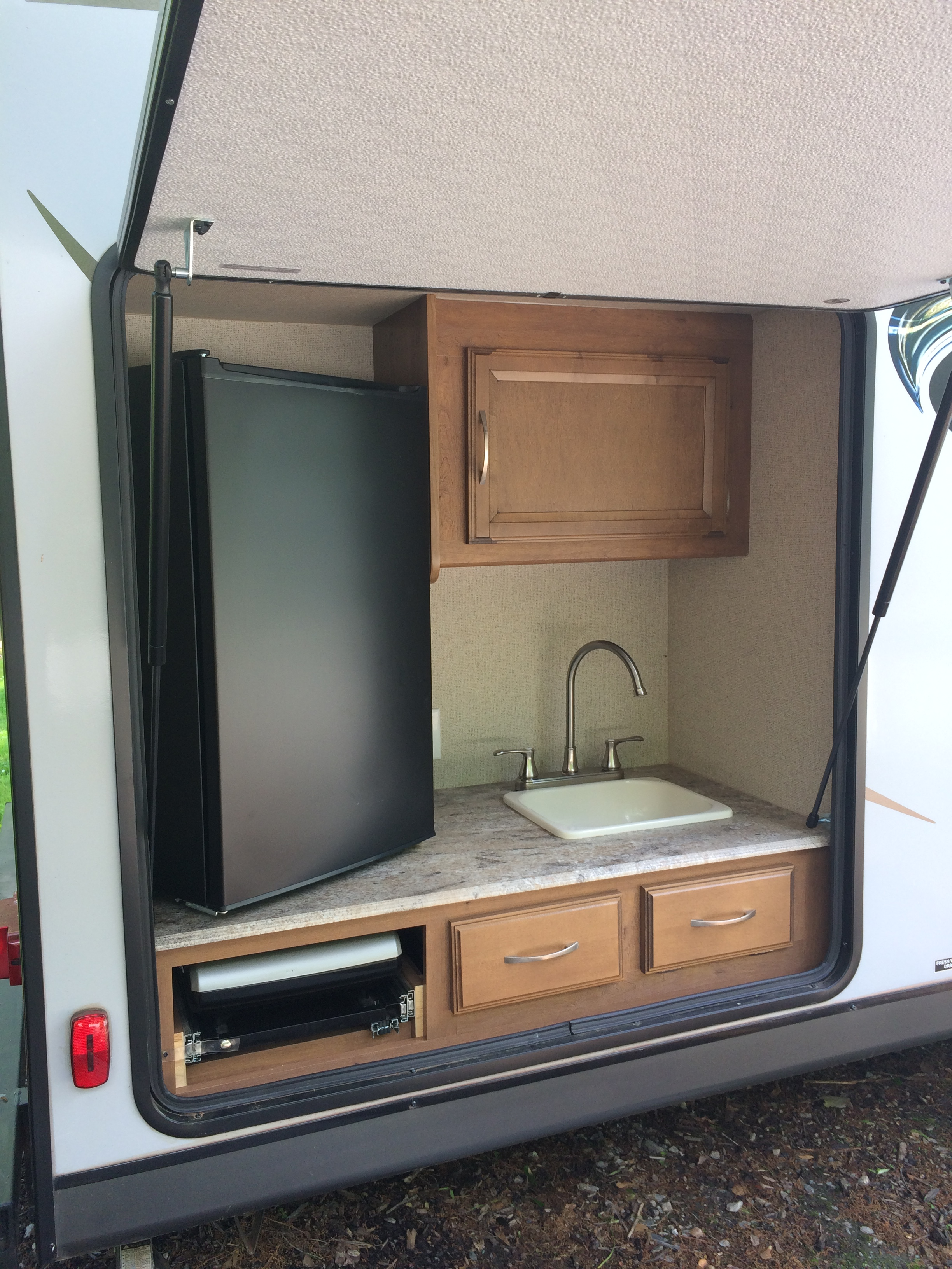 Outdoor kitchen. Coachmen Apex 2017