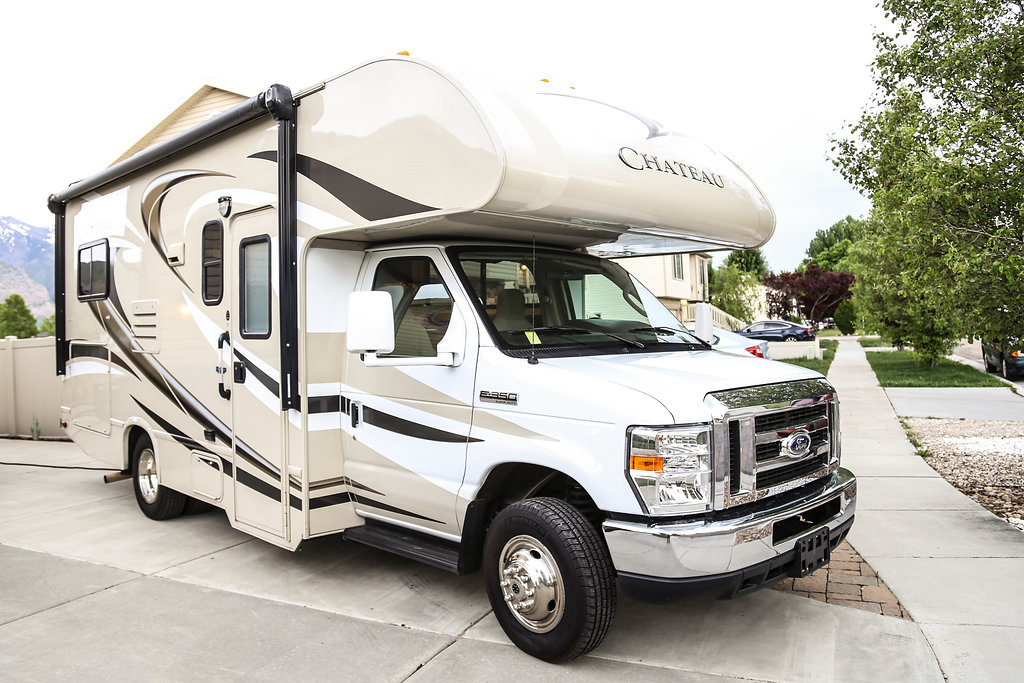 Hit the road to see the beautiful western United States.. Thor Motor Coach Chateau 2015
