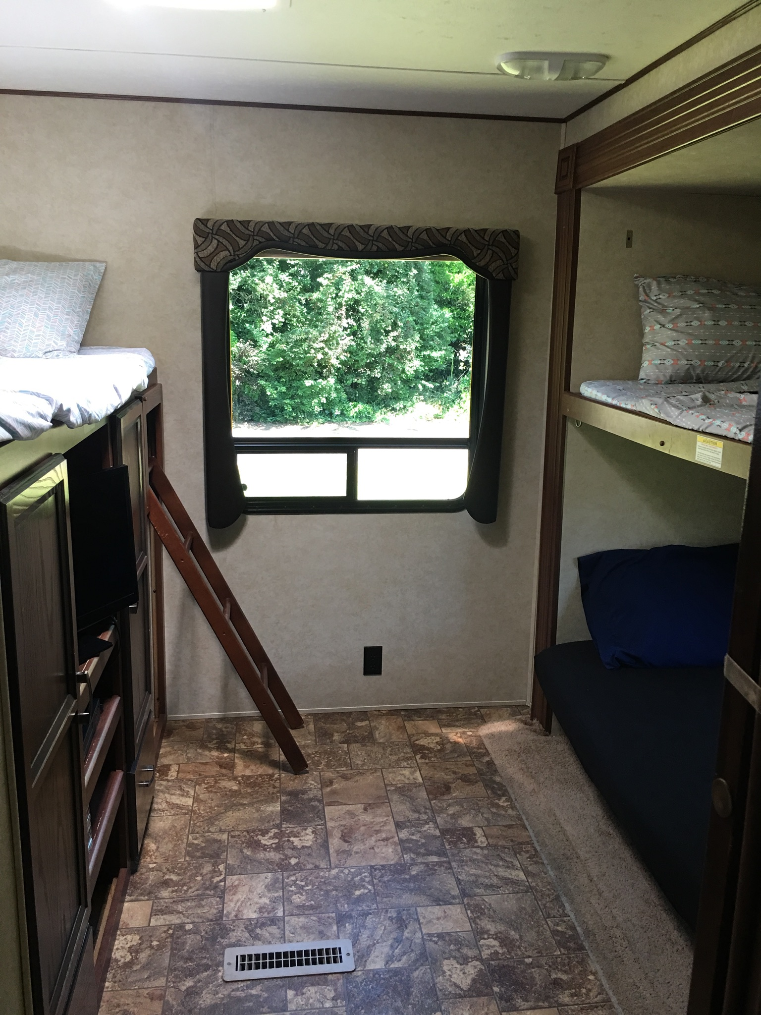 3 bunks and a trundle bed, separated back bedroom, built in storage and tv/dvd player. . Thor Motor Coach zinger 2013