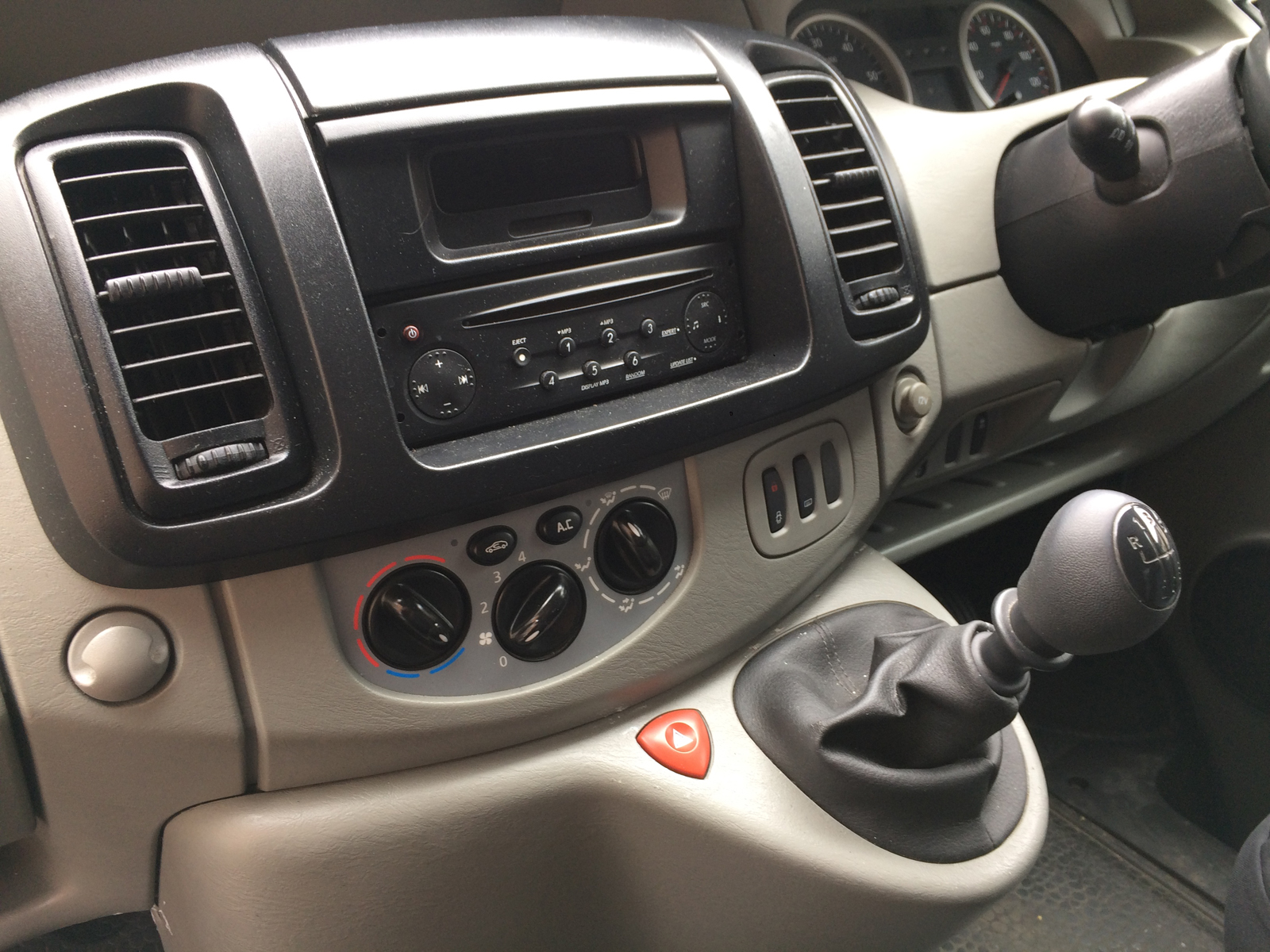 CD player, radio and AC in cab.. Nissan Primastar 2010