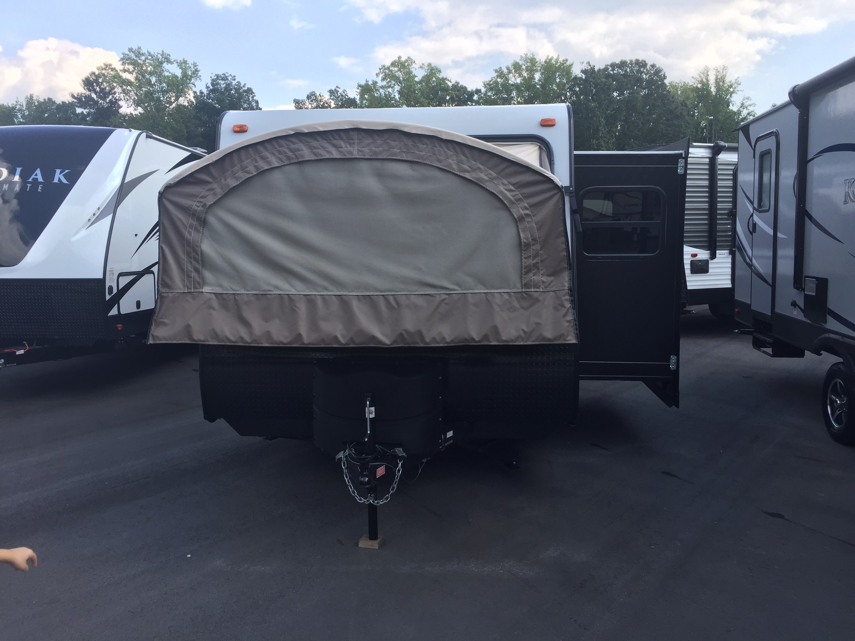 Exterior with bed pull-out.. Dutchmen Kodiak 2017