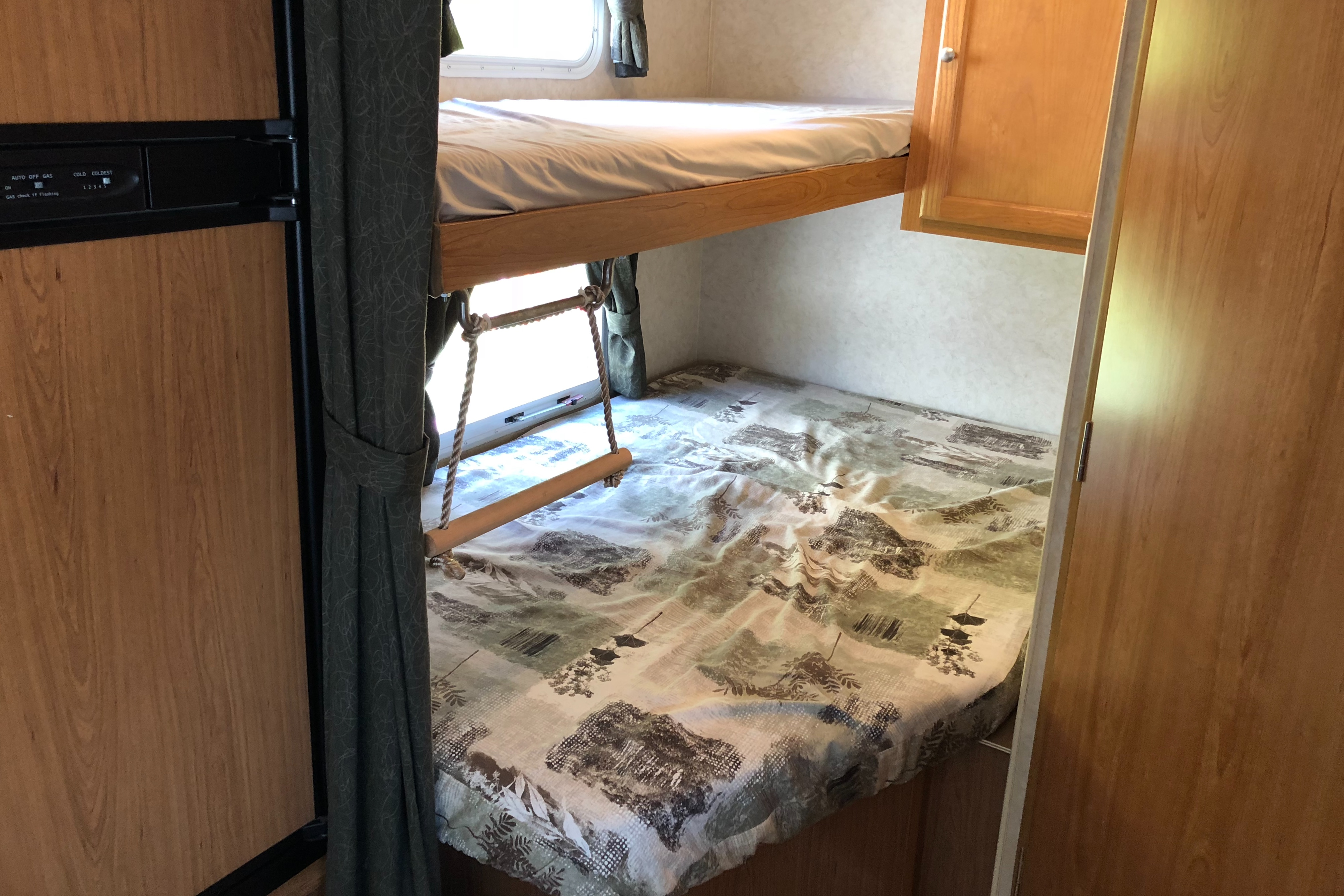 Bunks with storage. . R-Vision 21rbh 2009