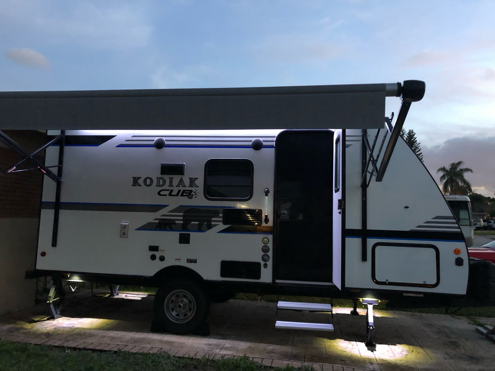 Great awning for Sun coverage during the day and night mist. . Dutchmen Kodiak 2018