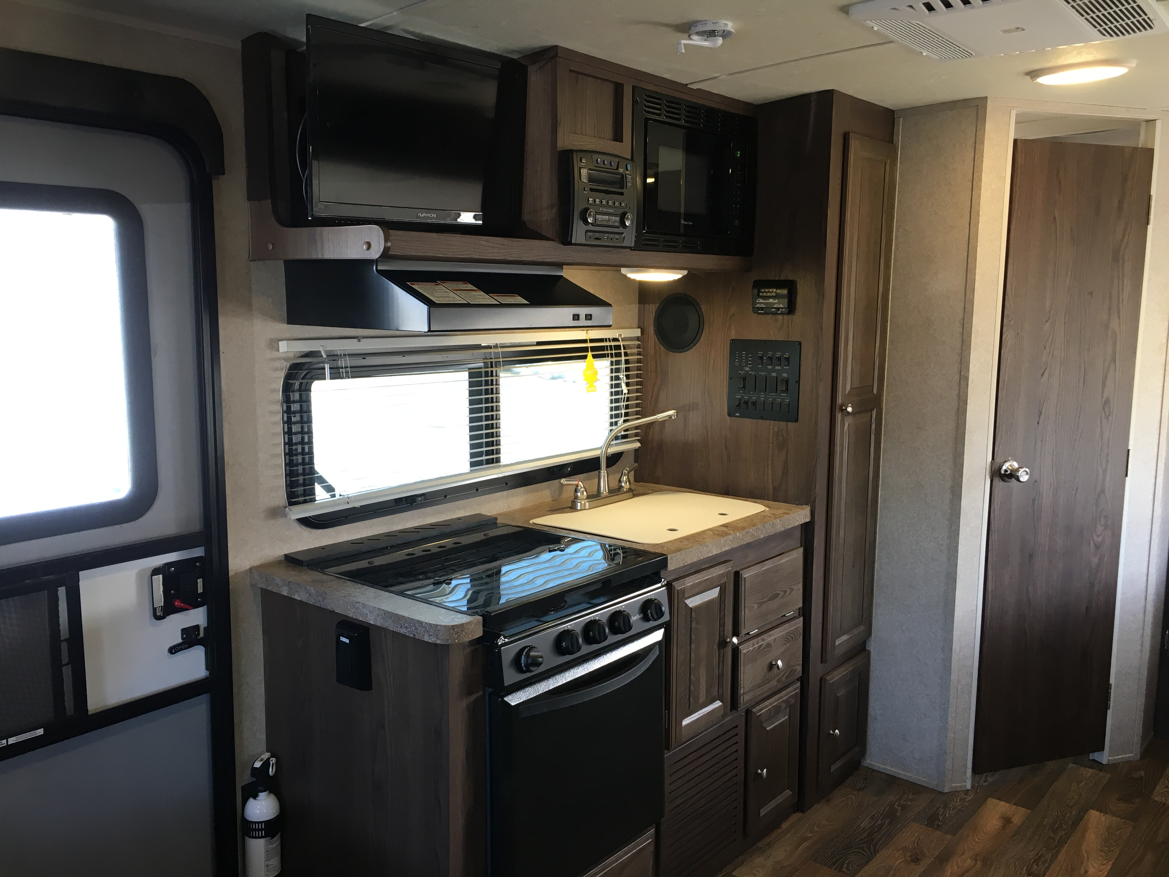 So much convenience when you're out on your adventure: double bowl sink, 3 burner gas stove, gas oven, venting hood, microwave!. Flagstaff Shamrock 2016