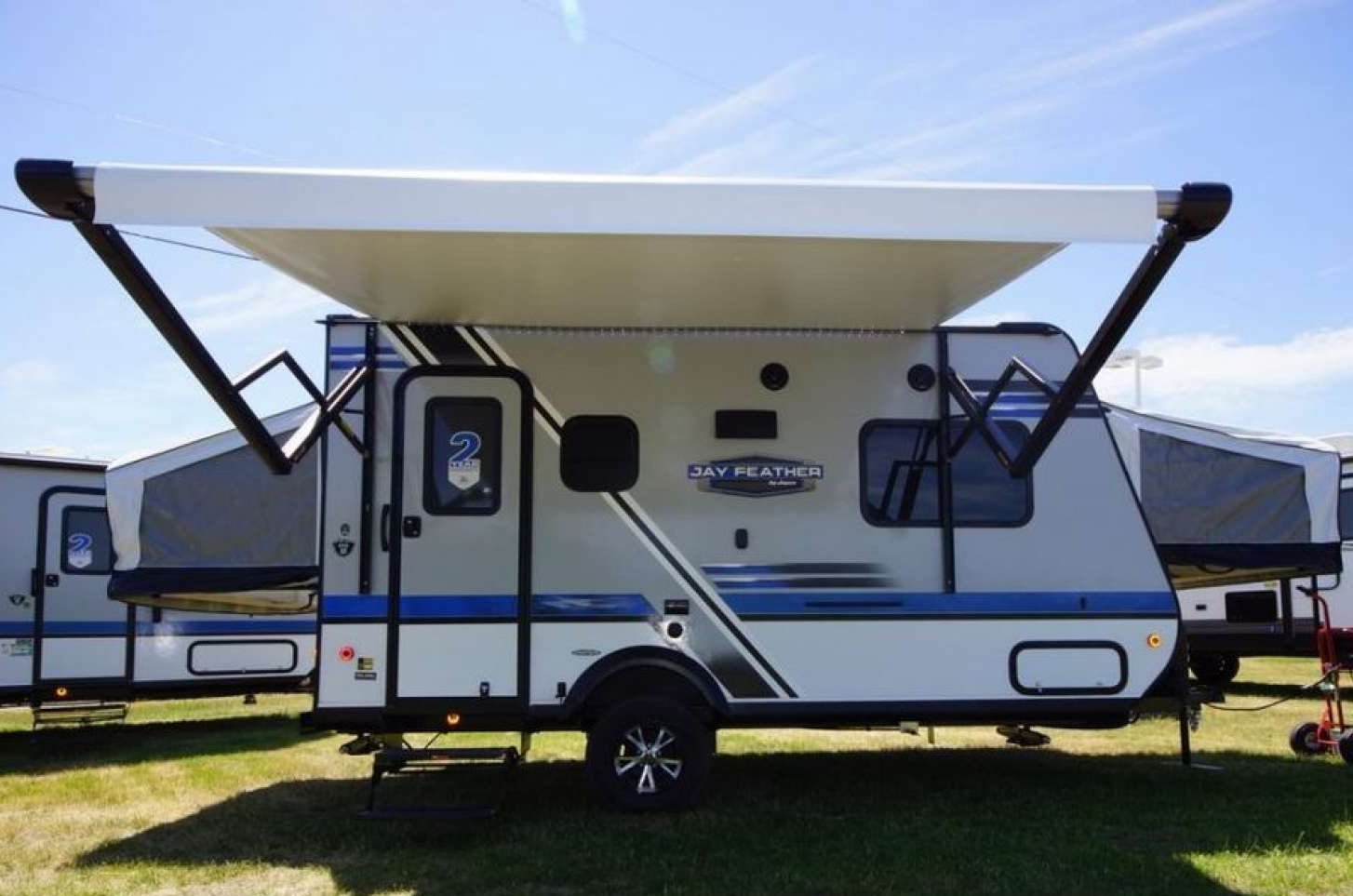 Beautiful trailer with awning.. Jayco Jay Feather Ultra Lite 2018