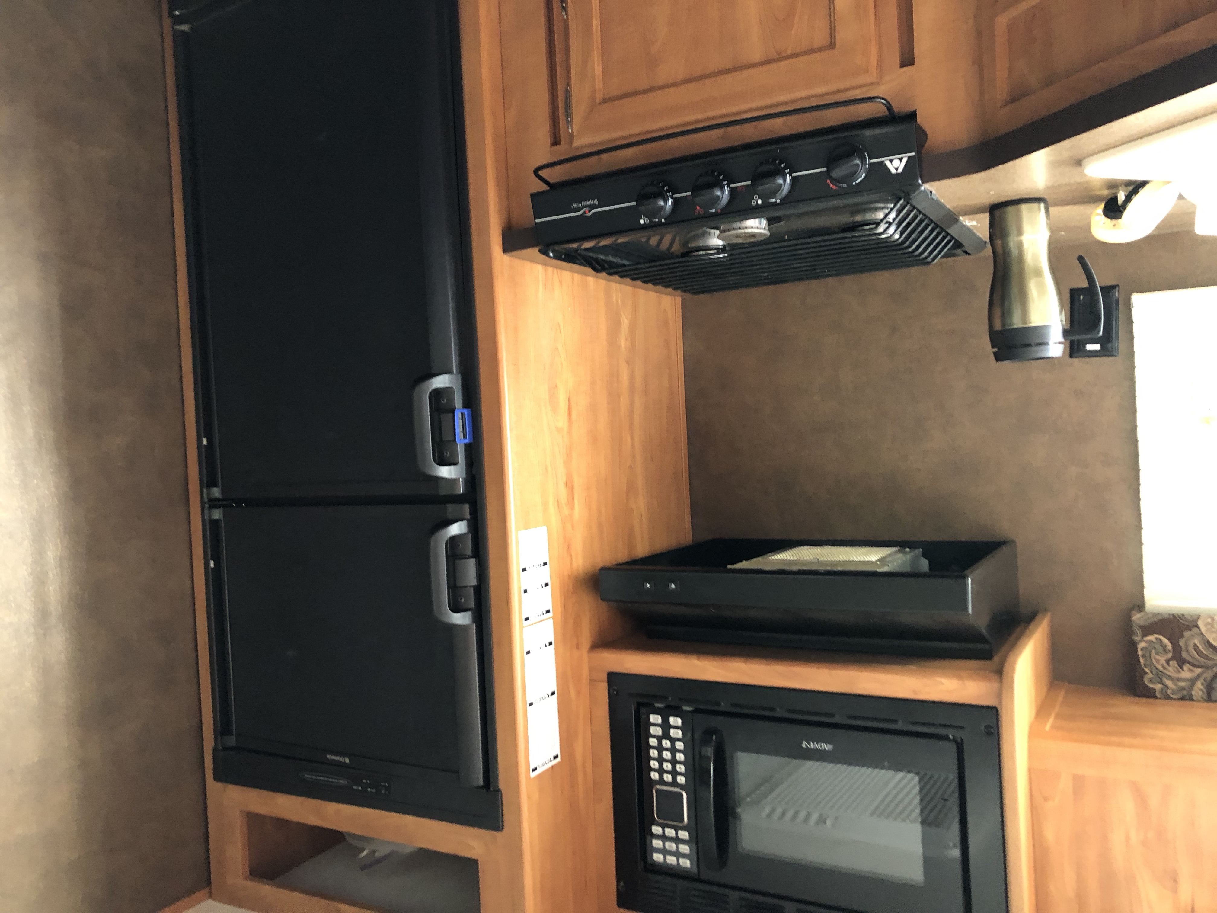 There is also an outdoor kitchen with mini fridge and sink.. Shasta Oasis 2014
