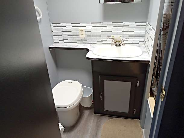 Bathroom with full shower and tub. Skyline Nomad 1996