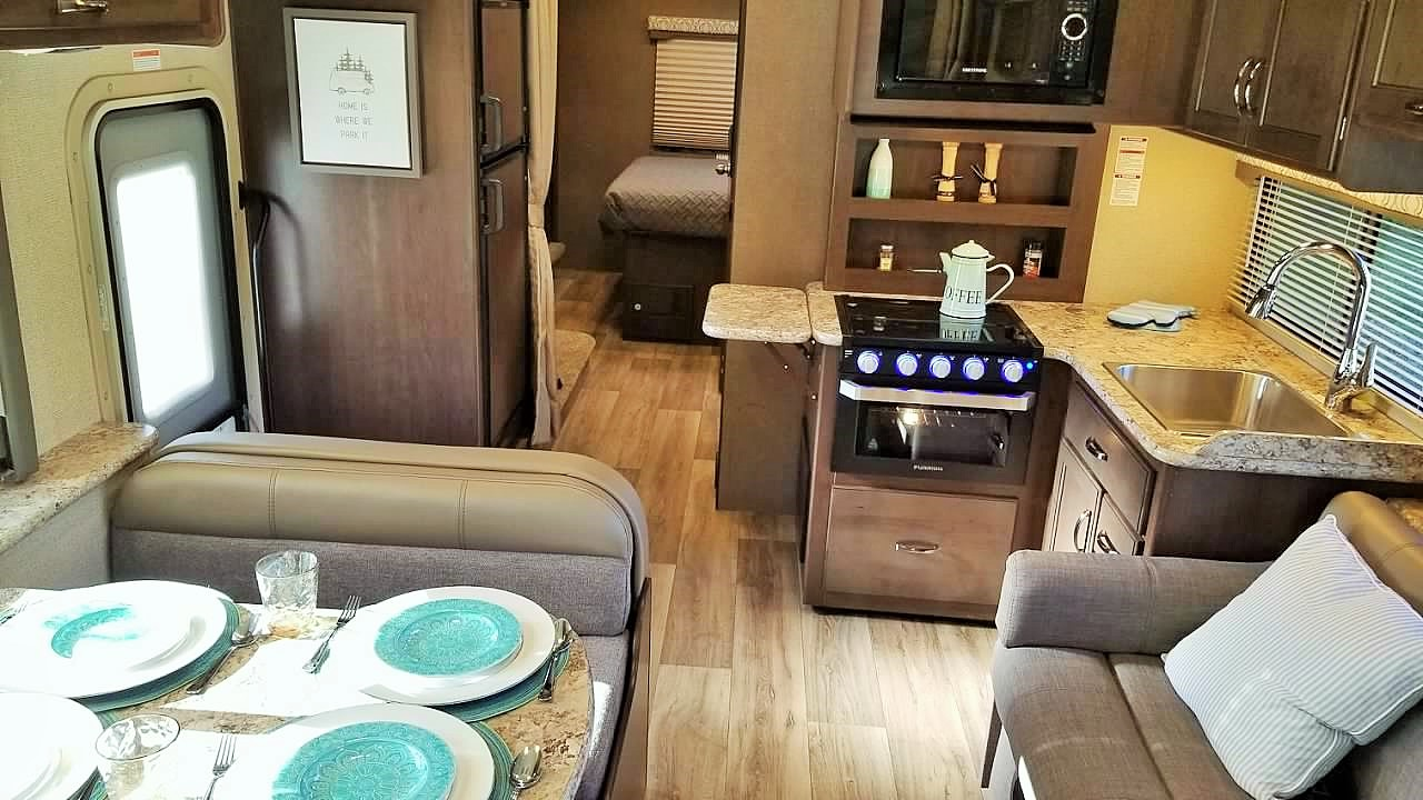 Beautiful Clean interior . Thor Motor Coach Freedom Elite 2019