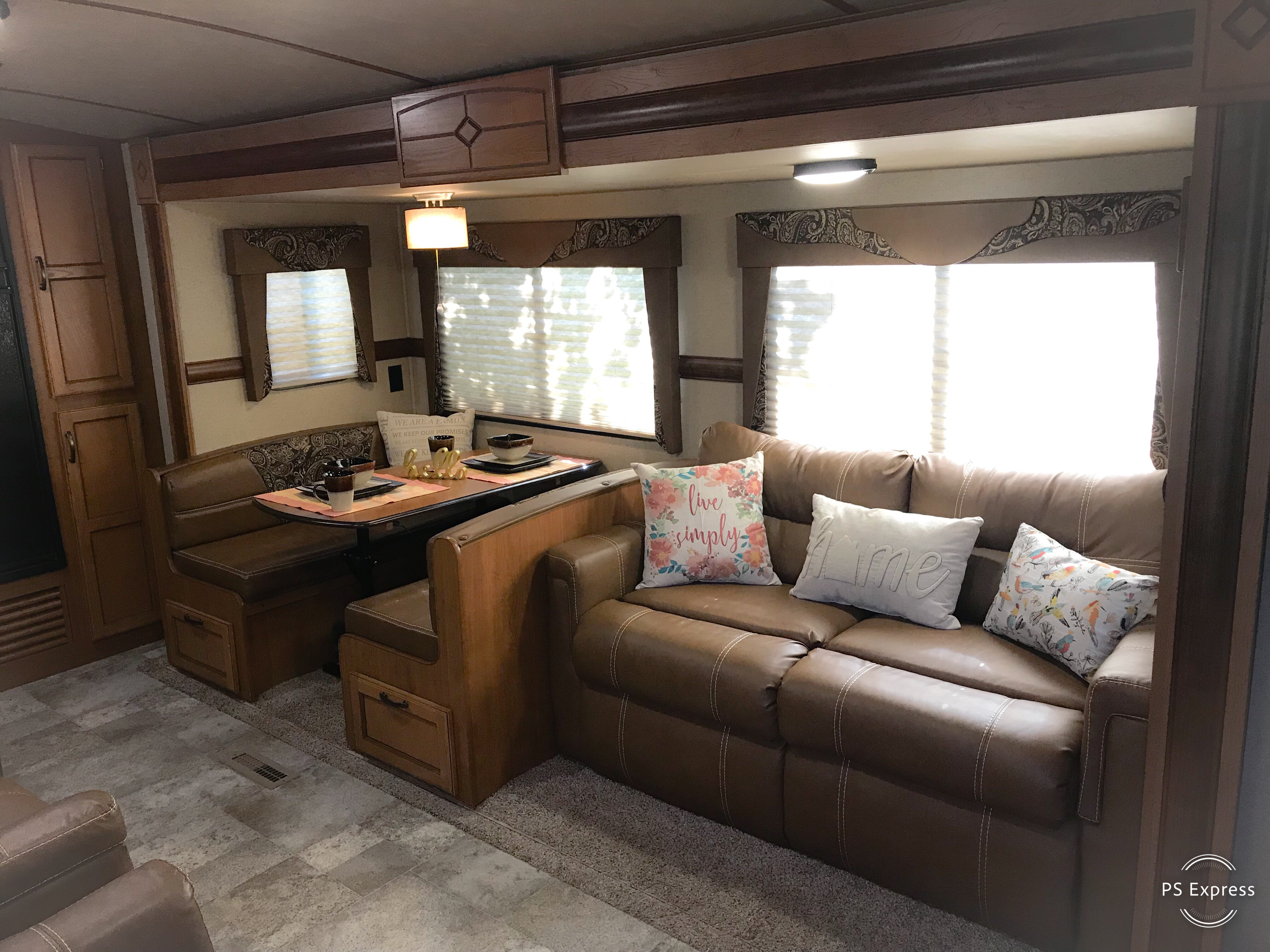 View of living room and dinette area. . Crossroads Sunset Trail Super Lite 2016